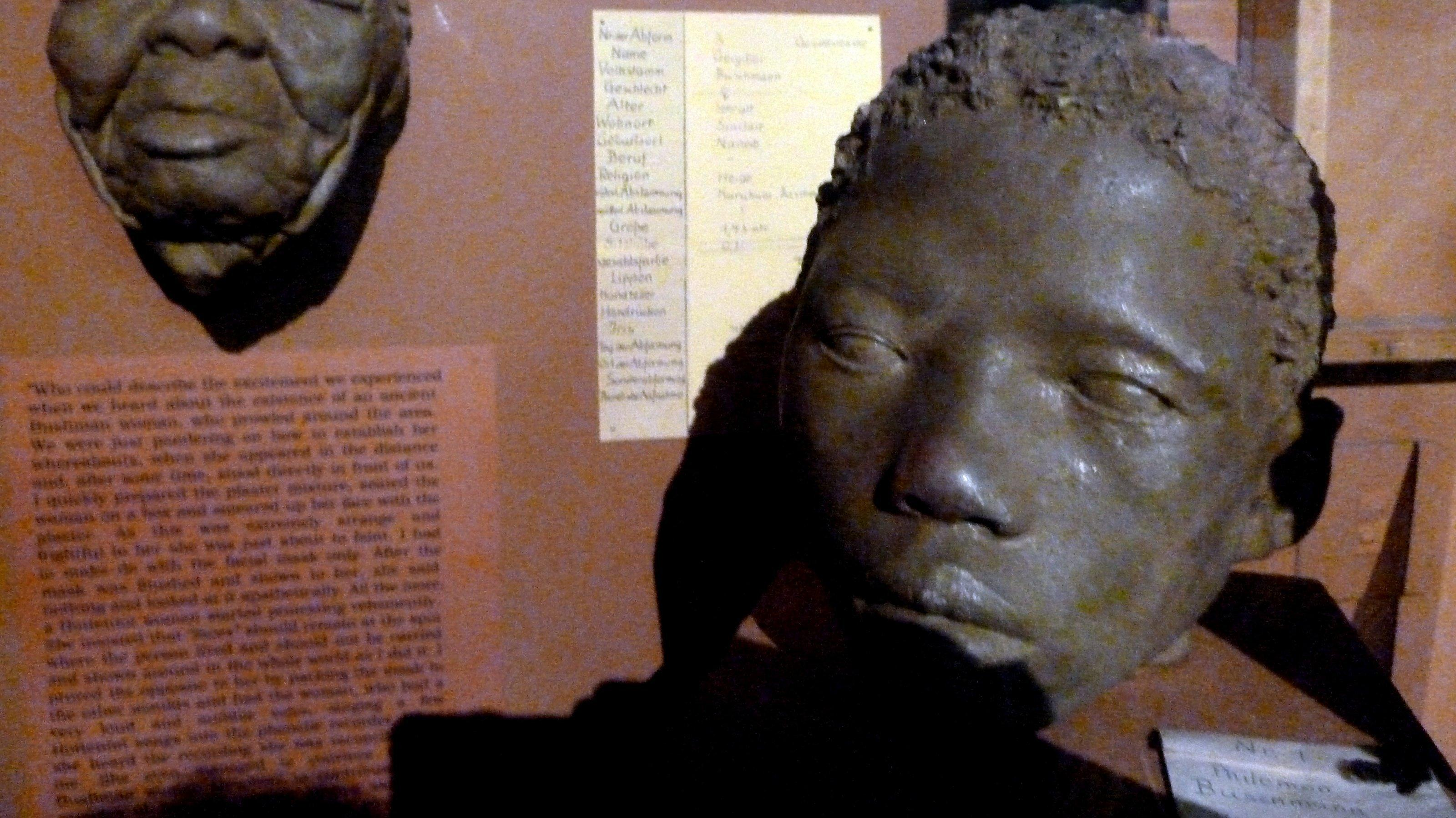 Koloniales Exponat, ein nachgefertigter Kopf eines Namibiers im Owela Museum, Windhoek