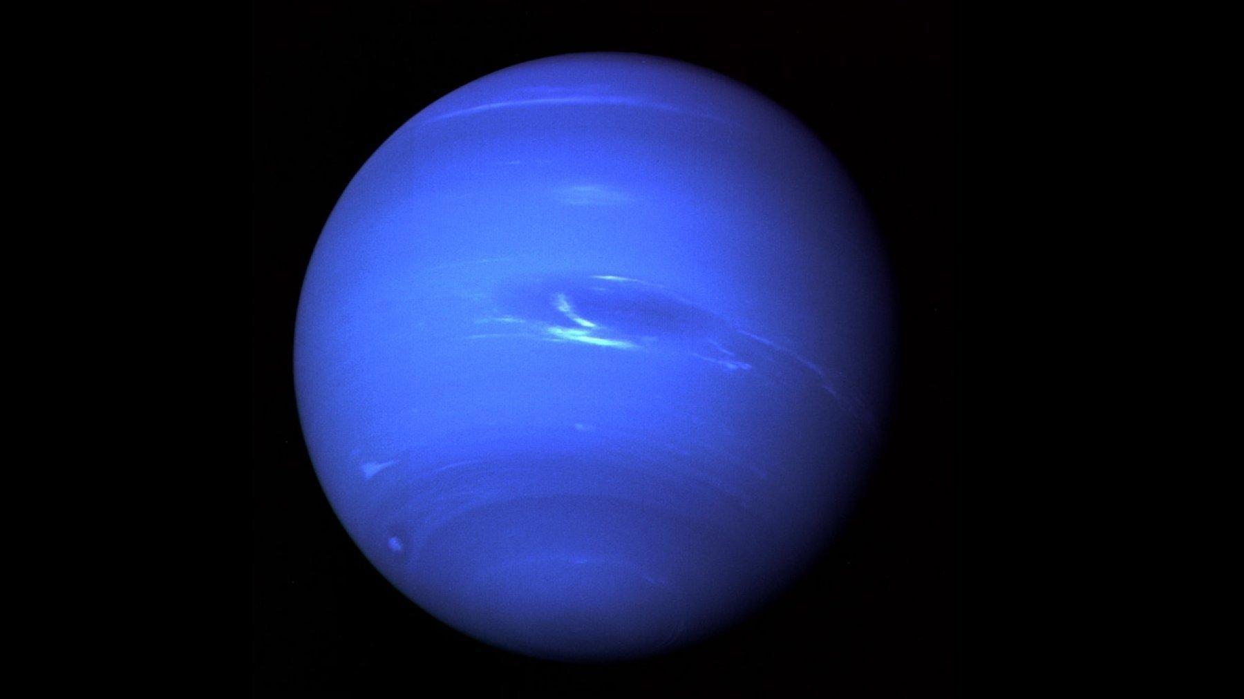 Neptun, am 22. August 1989von Voyager 2aufgenommen, zeigt wenig Detailreichtum – ähnlich wie der zuvor besuchte Uranus.