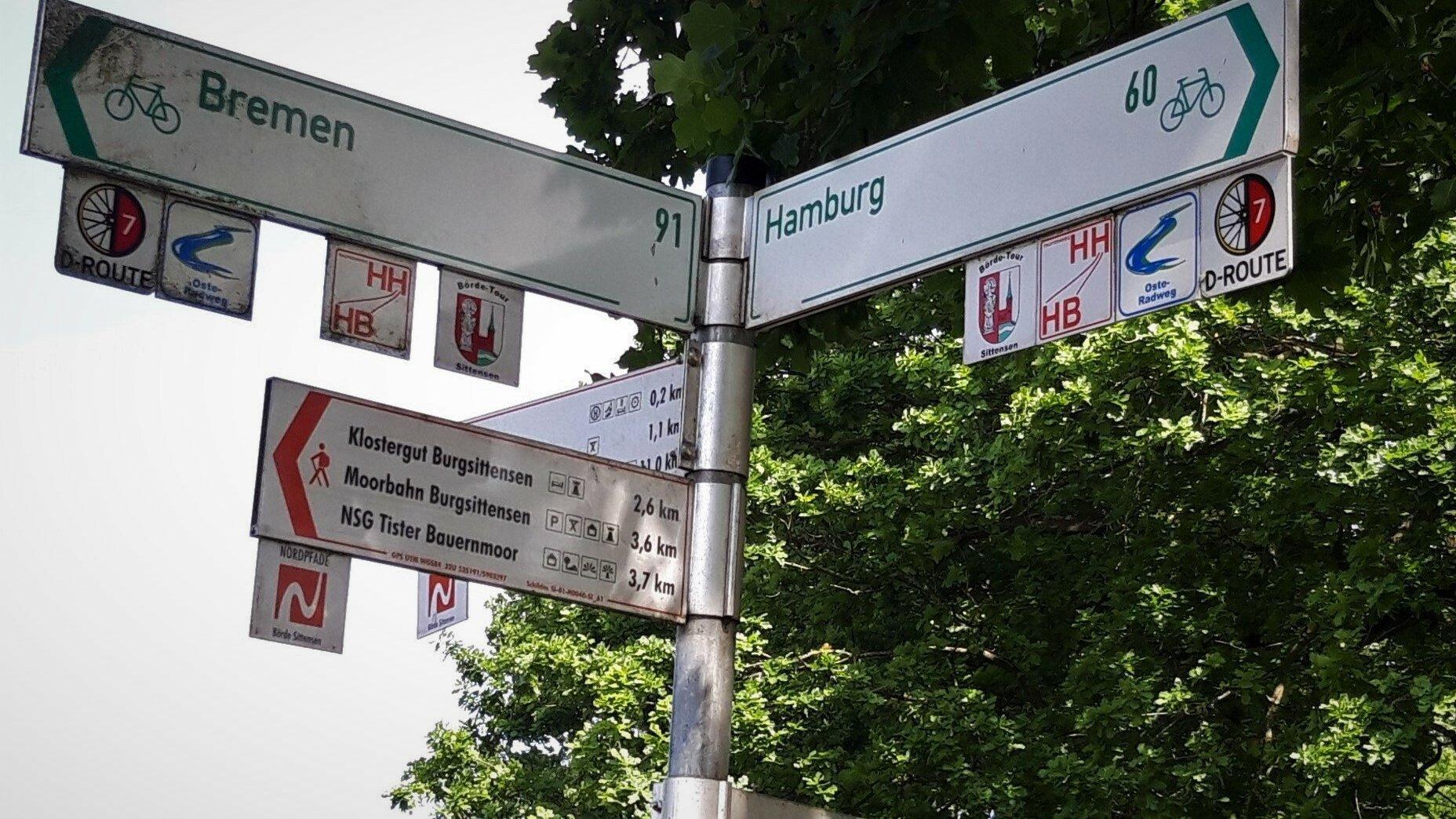 Radweg-Ausschilderung in Tiste, Kreis Rotenburg an der Wümme: Hamburg 60Kilometer, Bremen 91Kilometer.