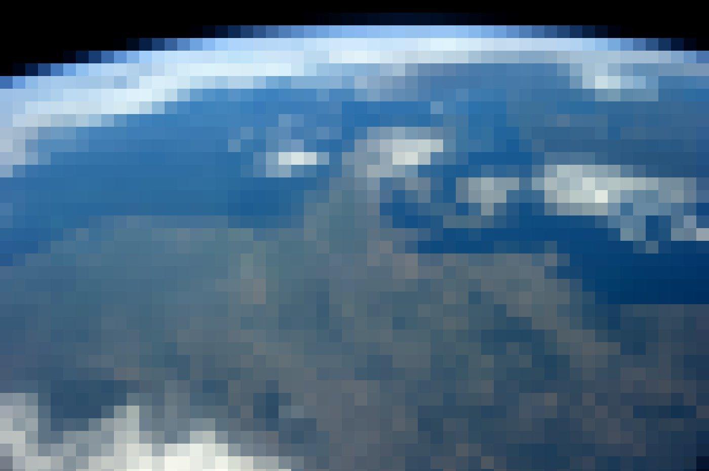 Dieses Foto zeigt Nordeuropa – und die dünne, zerbrechlich wirkende Atmosphäre, die Ulf Merbold beschreibt. Gut zu sehen ist auf dieser Aufnahme auch der zerbrechliche Nationalpark Wattenmeer, von den Westfriesischen Inseln über die Kette der Ostfriesischen Inseln bis Nordfriesland und Dänemark.
