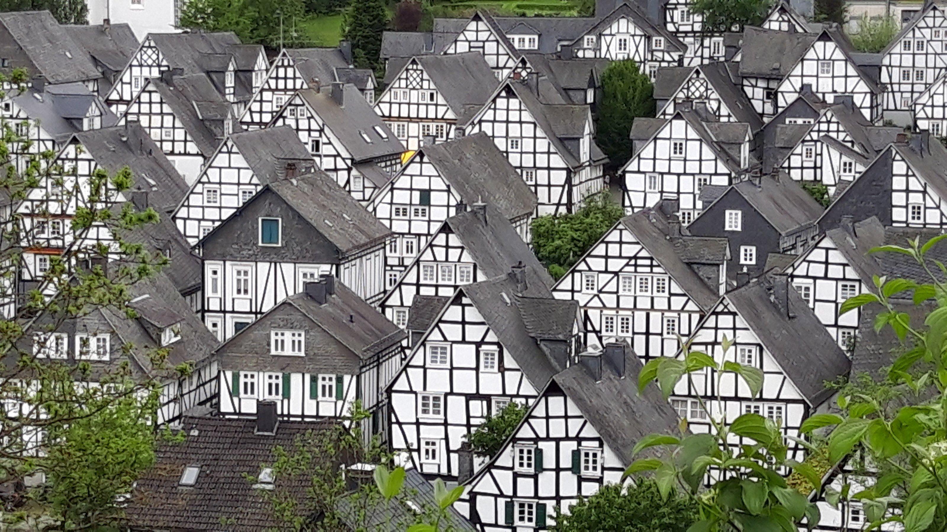 Im Zentrum Freudenbergs drängt sich ein hübsches Fachwerkhaus ans andere.