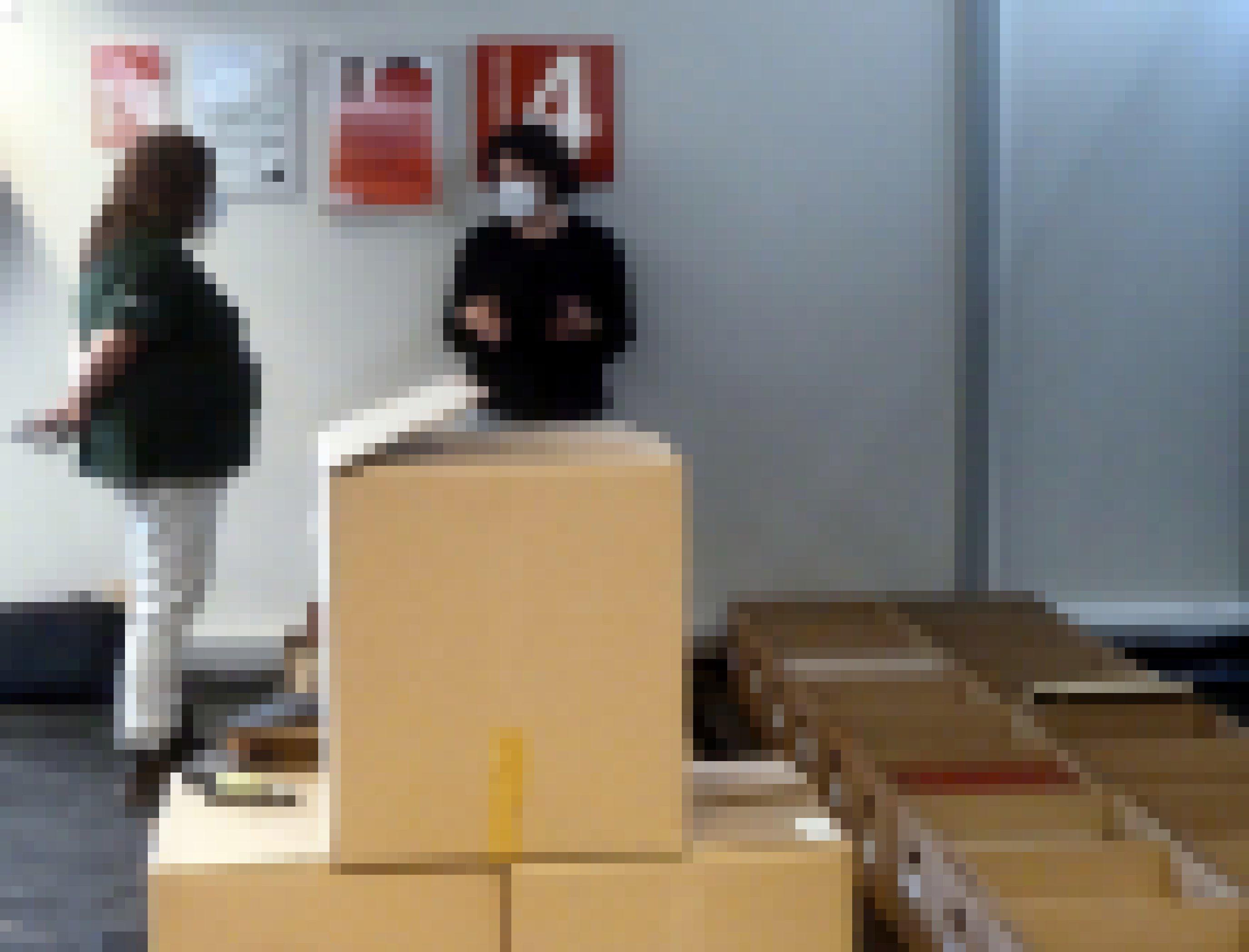 Tina Löhr spricht inmitten von Kisten geretteter Bibliotheks-Bestände mit einer Mitarbeiterin