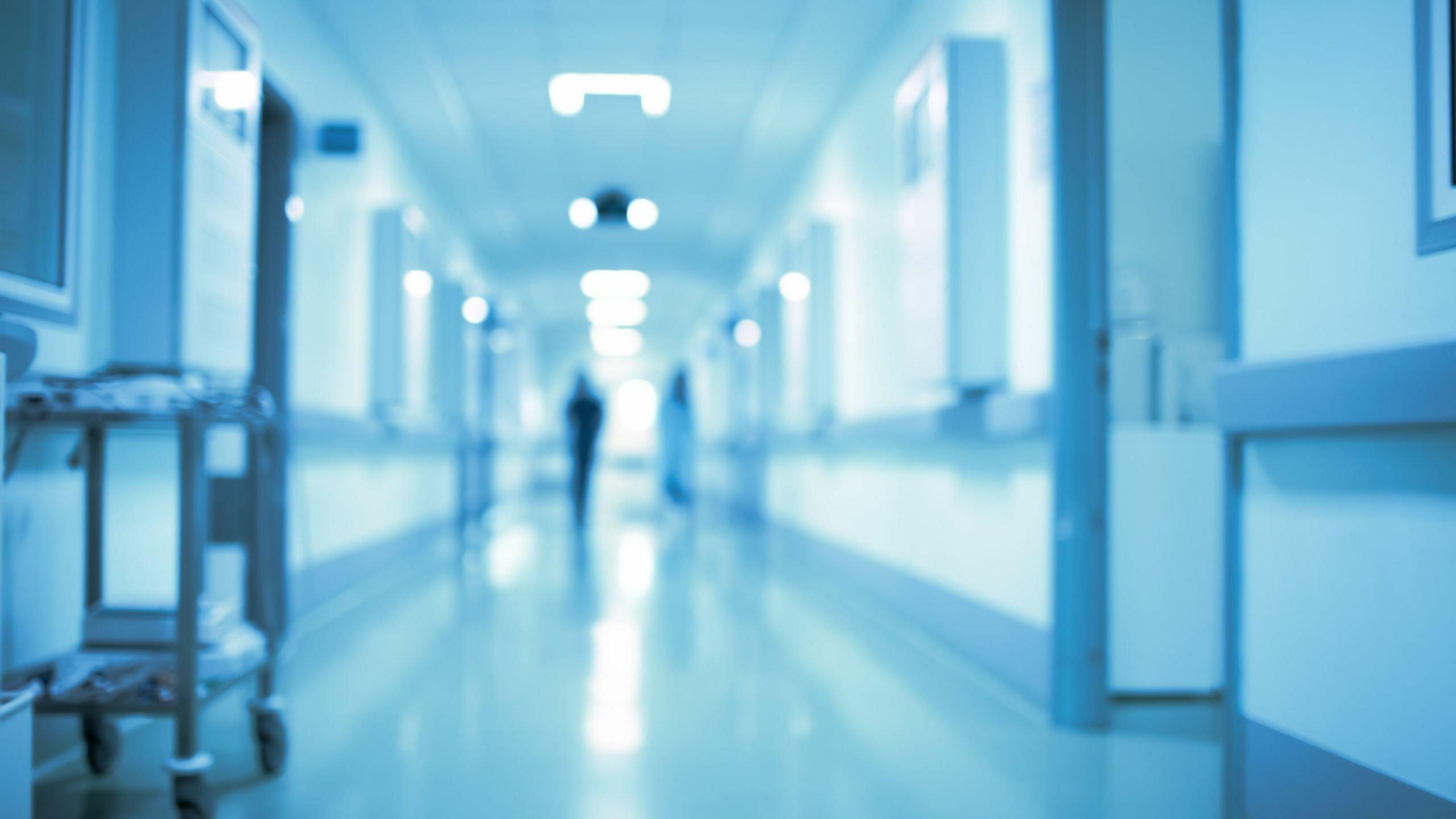 Ein langer Flur im Krankenhaus – Über eine Patientenverfügung kann man Ärzten mitteilen, wie man behandelt werden möchte.