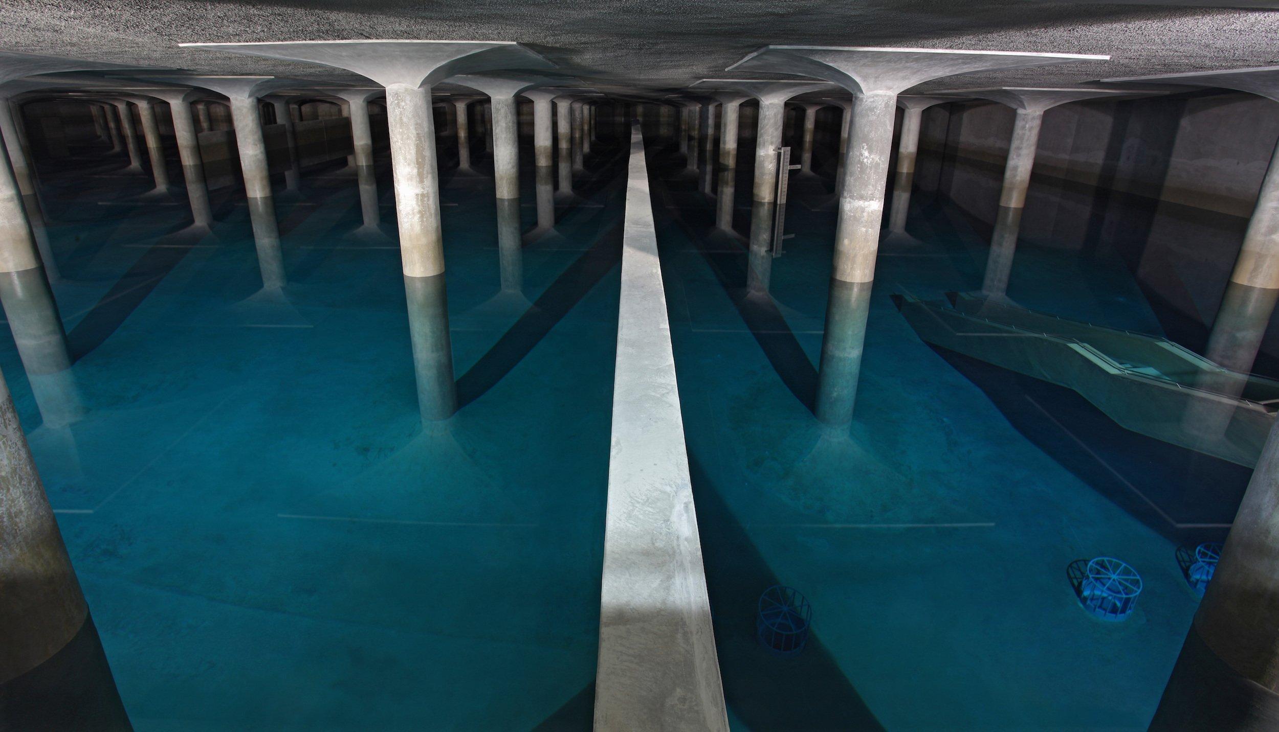 Sauberes Wasser in einer unterirdischen Betonkammer.