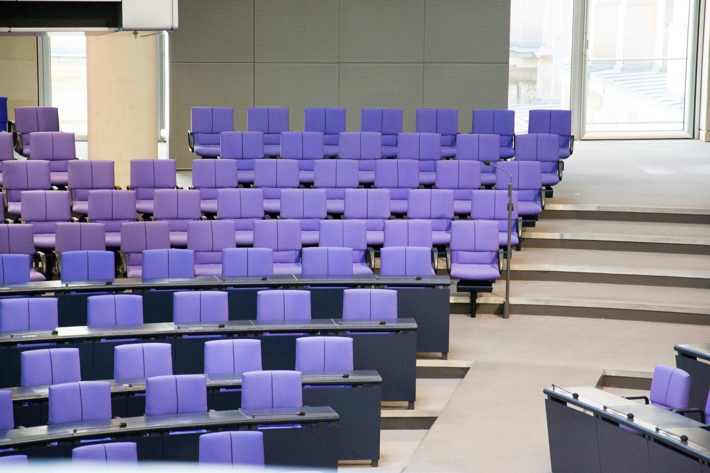 Die AfD ist mit 92Abgeordneten im Bundestag vertreten. Sie sitzen am rechten Rand des Plenarsaals. Im Bild sind ihre Plätze im leeren Saal zu sehen.