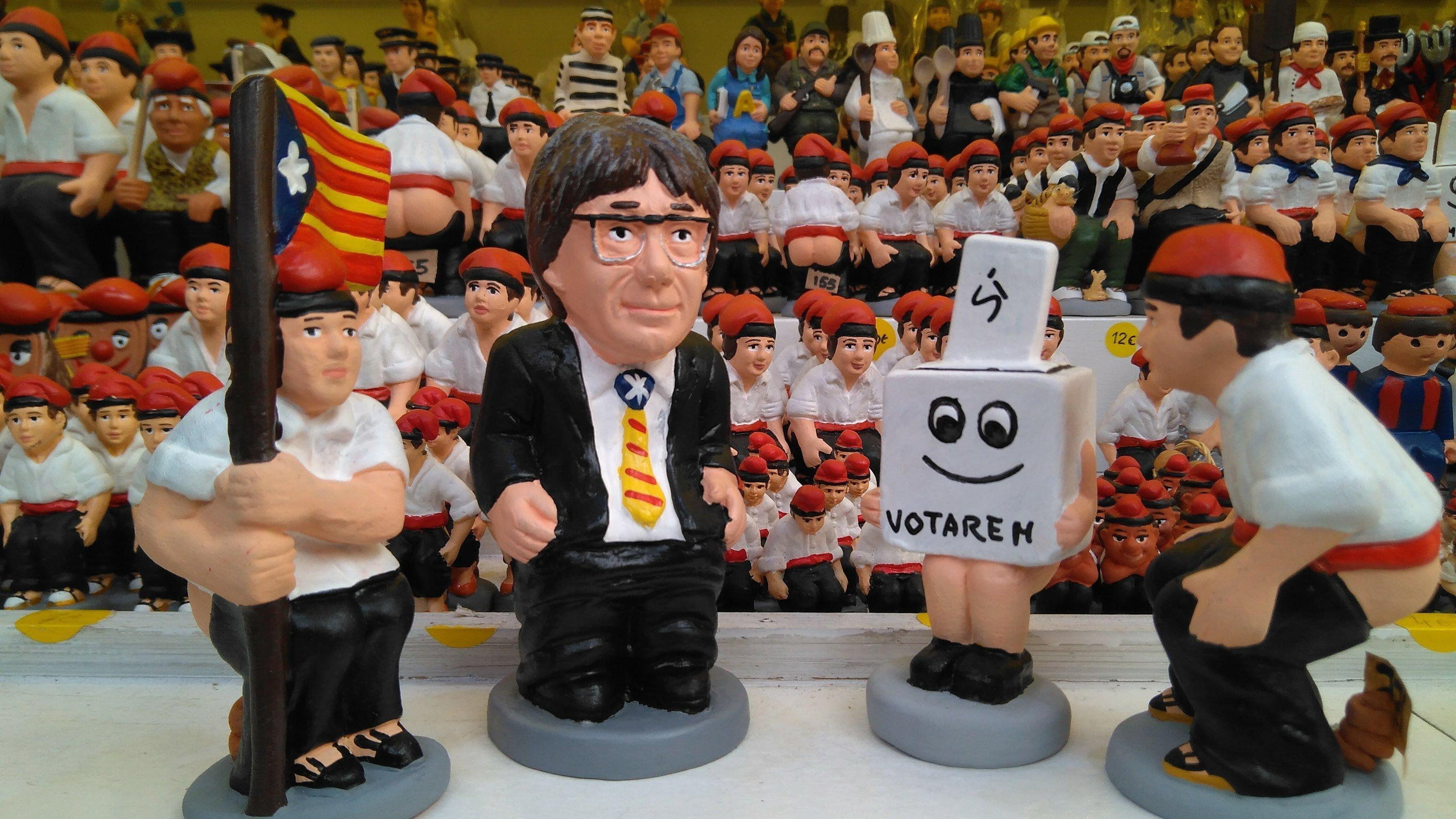 """Katalanische Krippenfiguren mit der separatistischen """"Estelada"""", in Form von Wahlurnen und dem katalanischen Ex-Präsidenten Carles Puigdemont."""