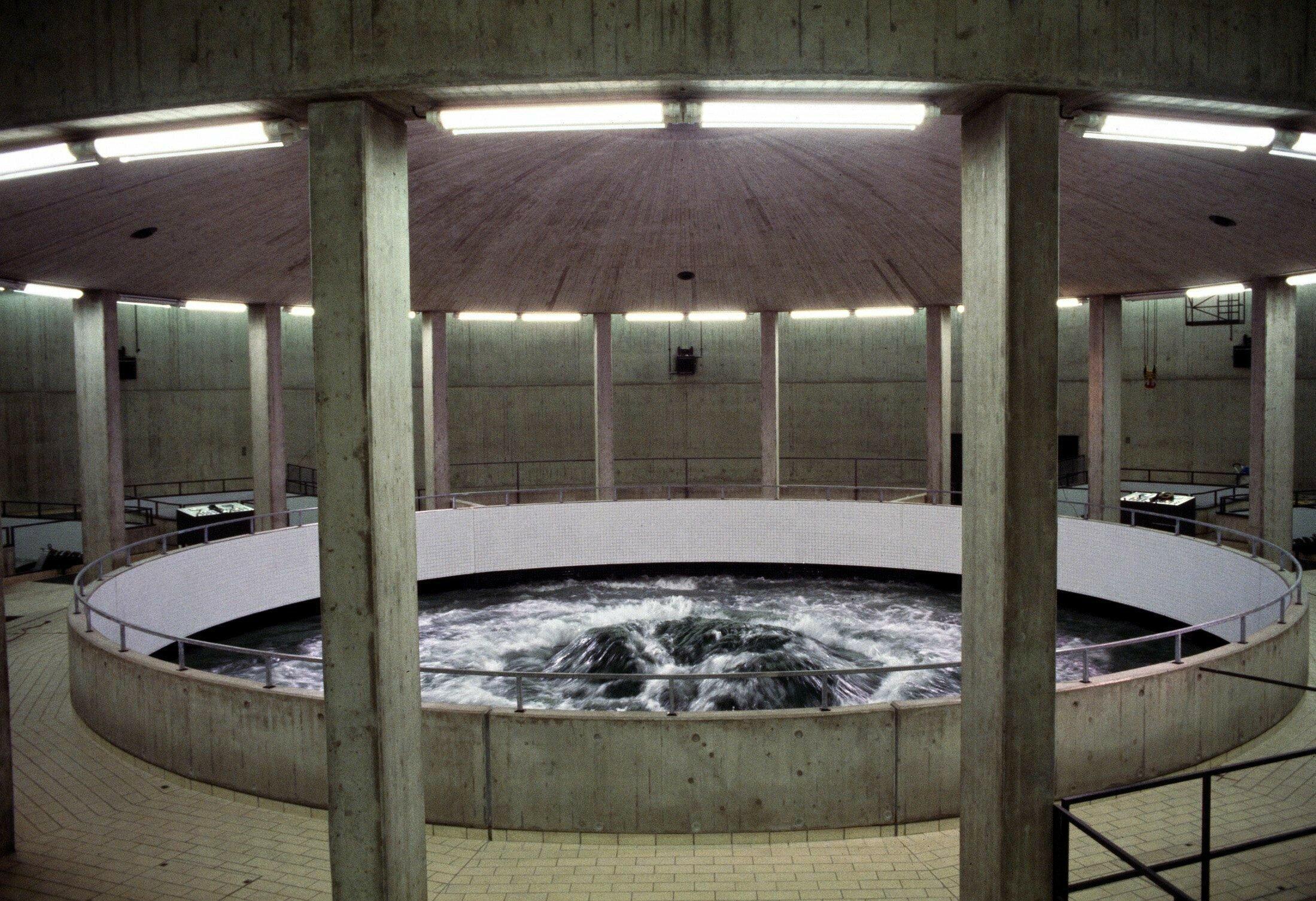In einer Halle der Bodenseewasserversorgung strömt Wasser an die Oberfläche eines runden Beckens.