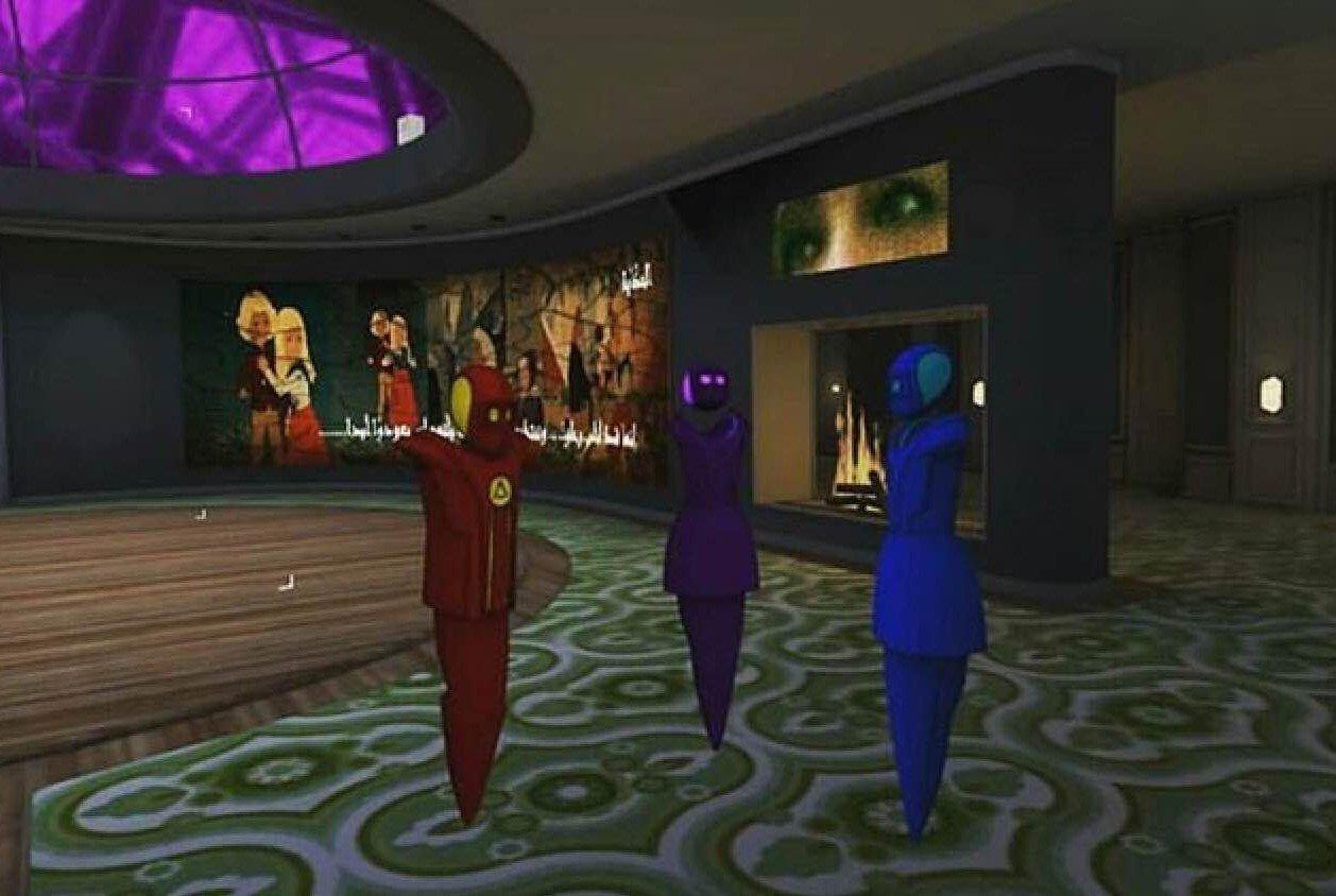 Die drei Avatare stehen in einem großen Raum in der virtuellen Realität von Altspace. Hinter ihnen brennt ein virtuelles Feuer.