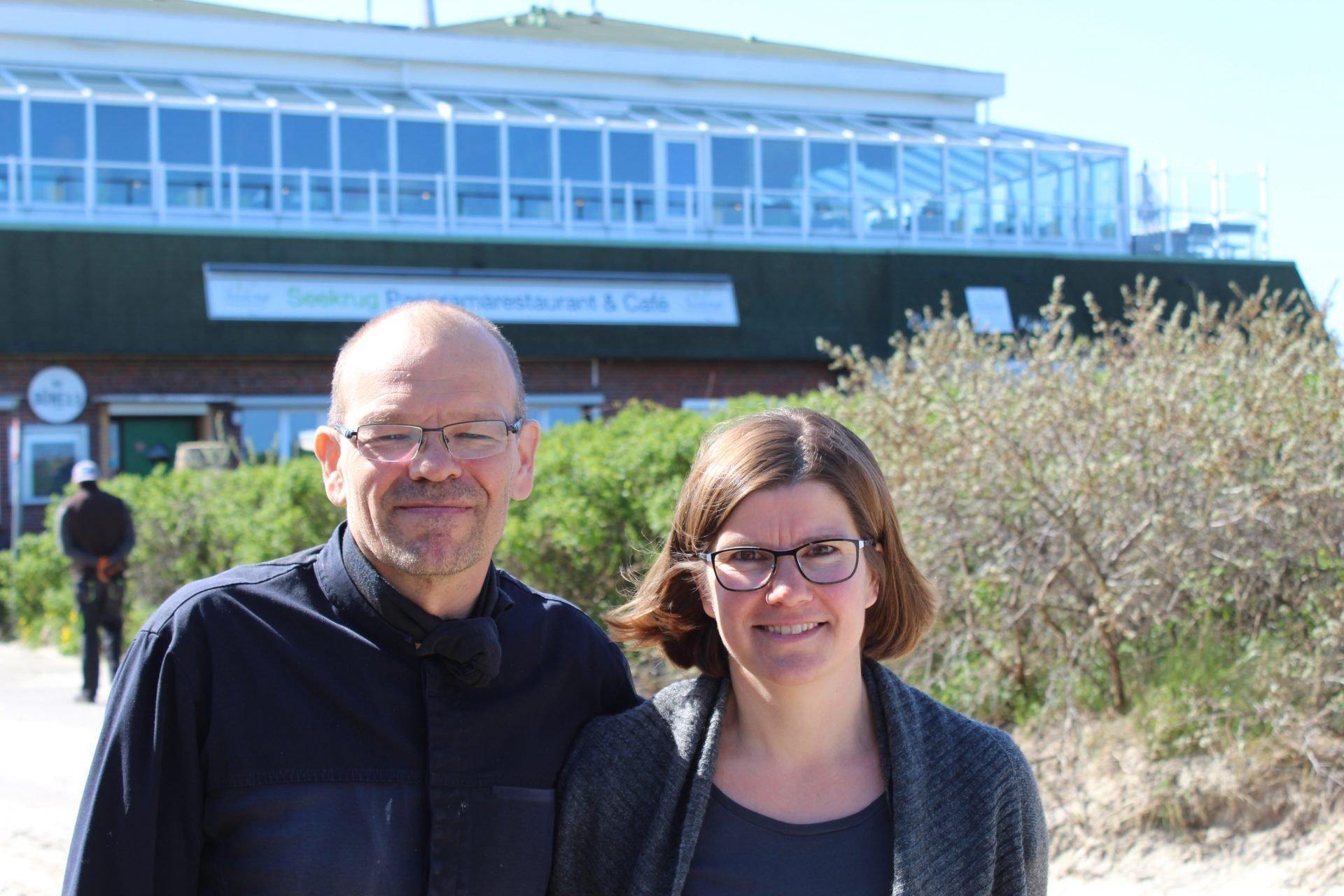 Maike und Michael Recktenwald vor ihrem Restaurant auf Langeoog, dessen Existenz sie vom Klimawandel bedroht sehen.
