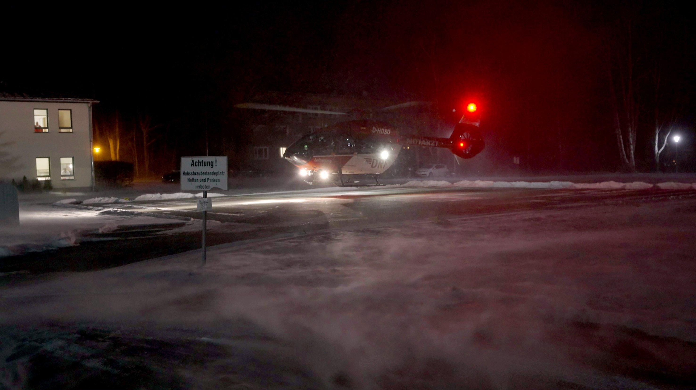 Ein Rettungshubschrauber landet bei Nacht vor der Charité in Berlin.