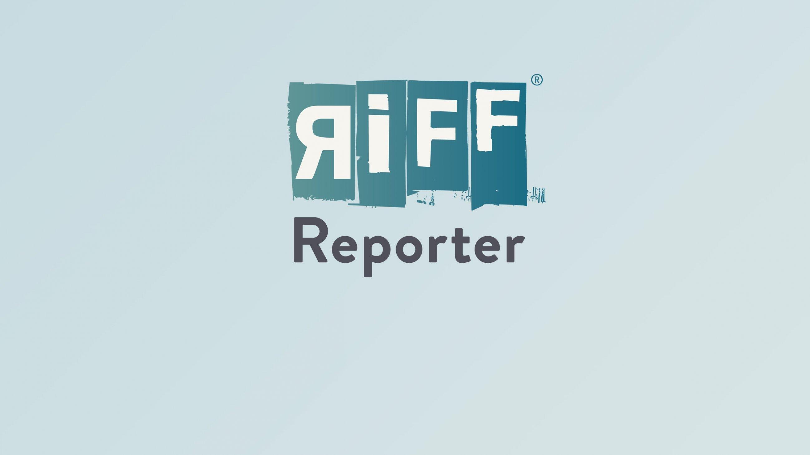 Das Foto zeigt Leonie March, freie Korrespondentin für das Südliche Afrika, bei der Arbeit, einem Interview in Sambia.