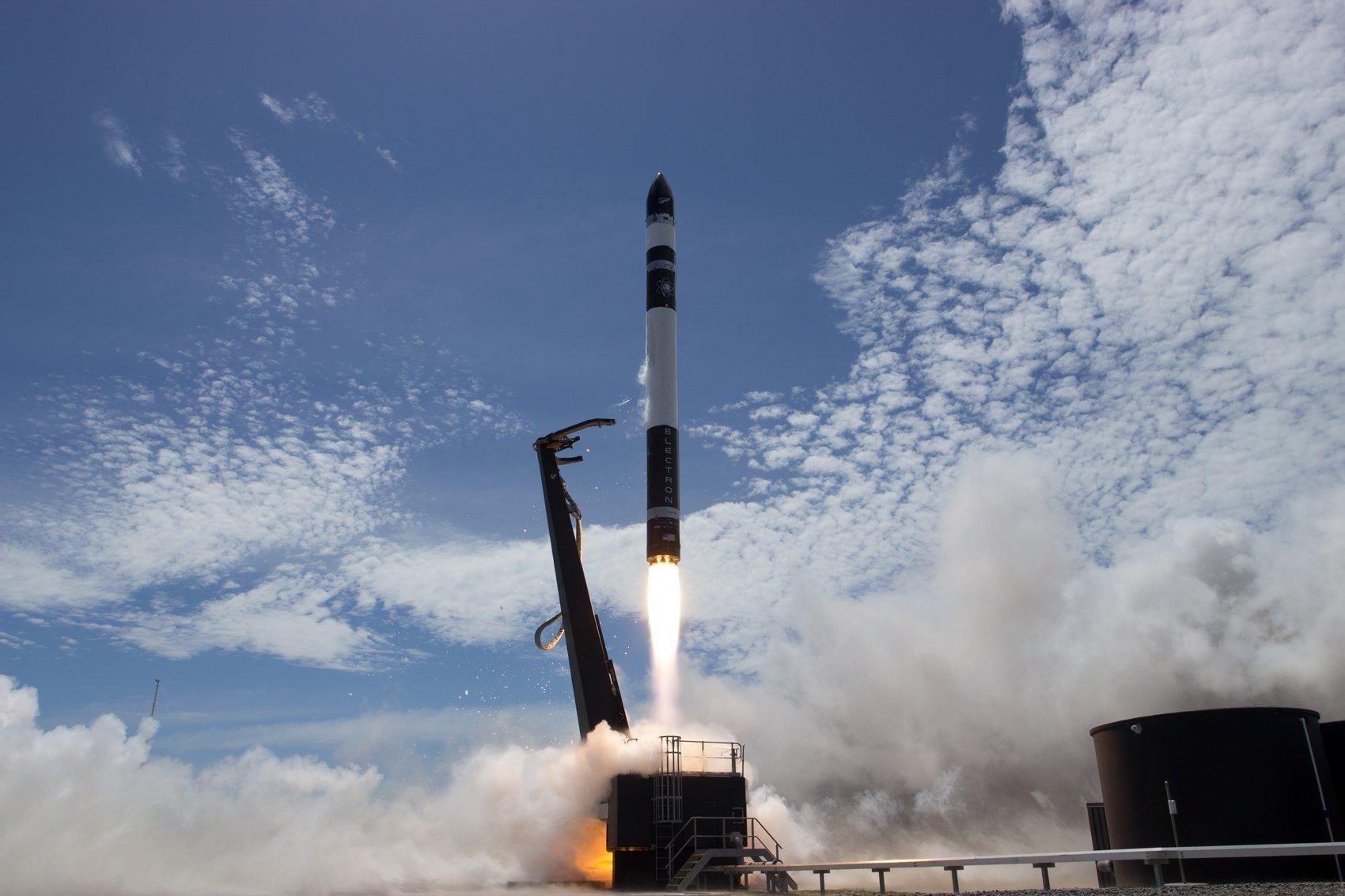 Eine Electron-Rakete startet von der Mahia-Halbinsel im Norden Neuseelands.