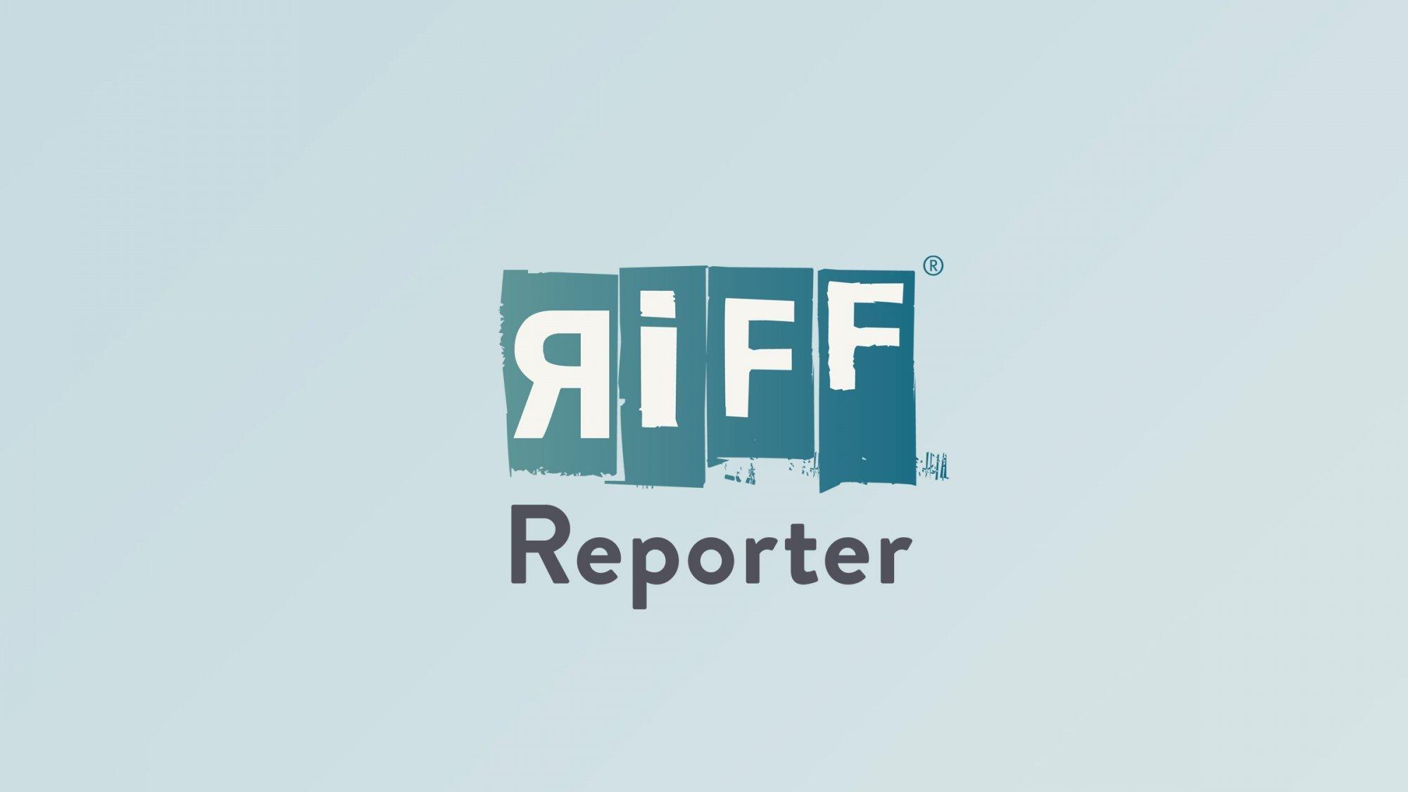 Der Radelnde Reporter Martin C. Roos in Berlin an einem Stück der Berliner Mauer.