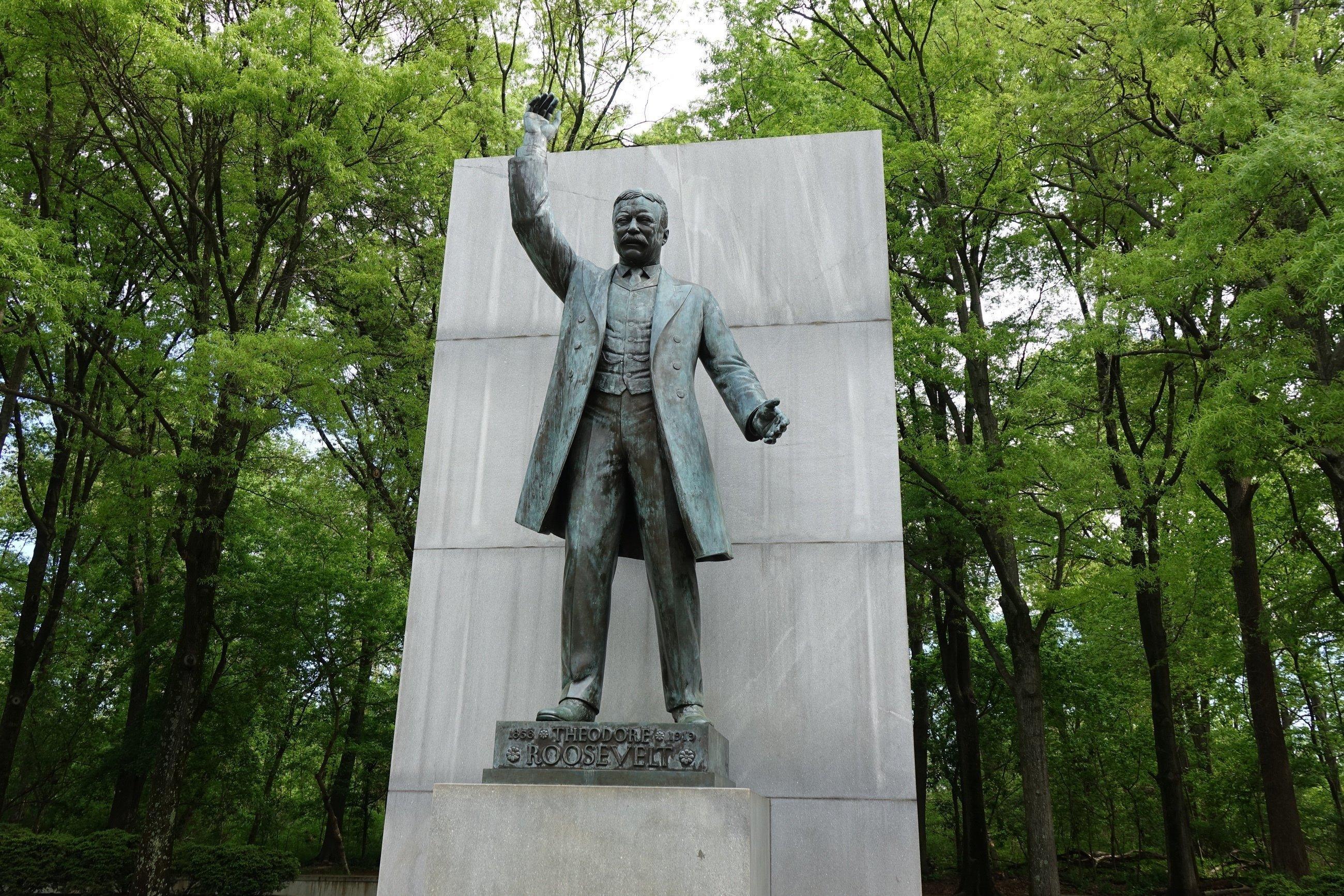 Ein Bronzedenkmal von Roosevelt mit einem erhobenen Arm.