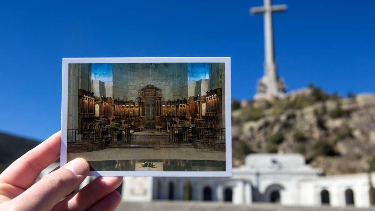 Santa Cruz del Valle de los Caídos mit einer Postkarte, die das Grab Francos zeigt.