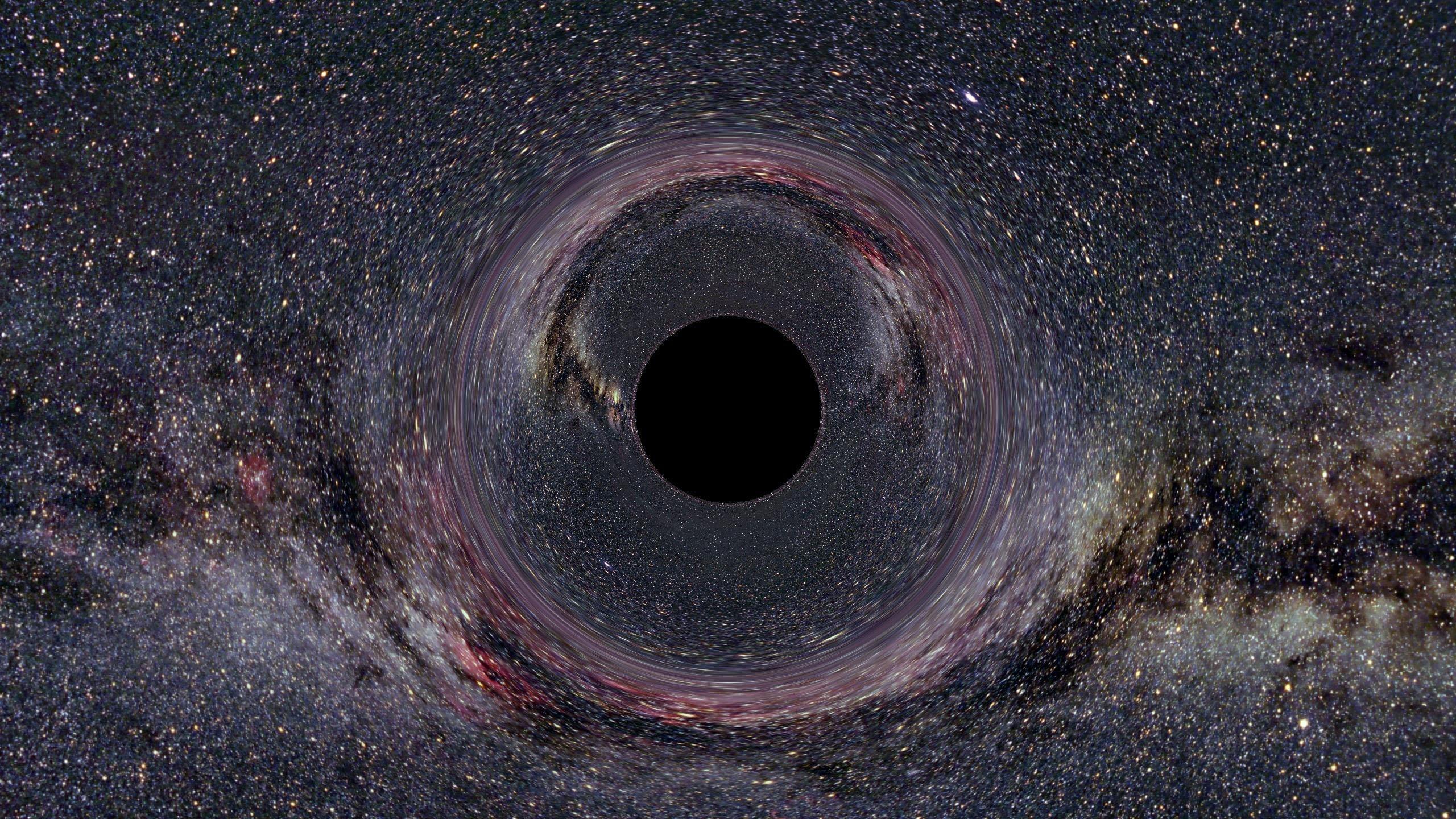 Eigentlich kann man Schwarze Löcher nicht sehen, doch sie lenken mit ihrer gigantischen Schwerkraft Lichtstrahlen ab, die sie verraten. In dieser Visualisierung ist ein Schwarzen Loches in der Milchstraße dadurch zu erkennen, dass die Lichtstrahlen der Sterne im Hintergrund so abgelenkt und verzerrt werden, dass in der Mitte ein kreisrunder, schwarzer Fleck entsteht.