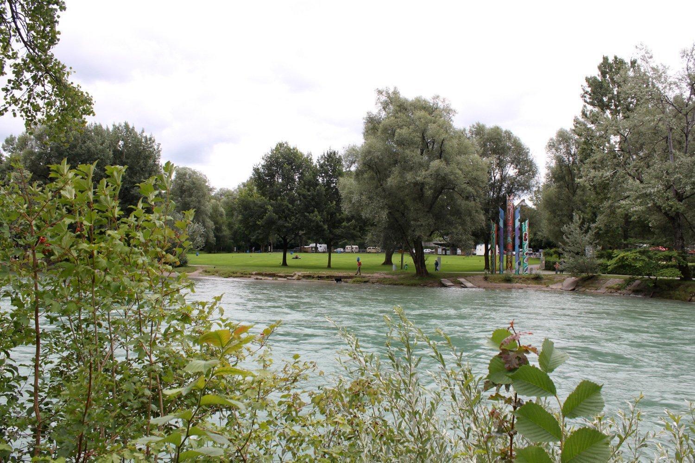 Fluss, im Hintergrund eine Liegewiese