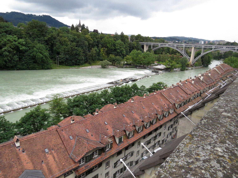 alte Häuser und dahinter Fluss und Brücke