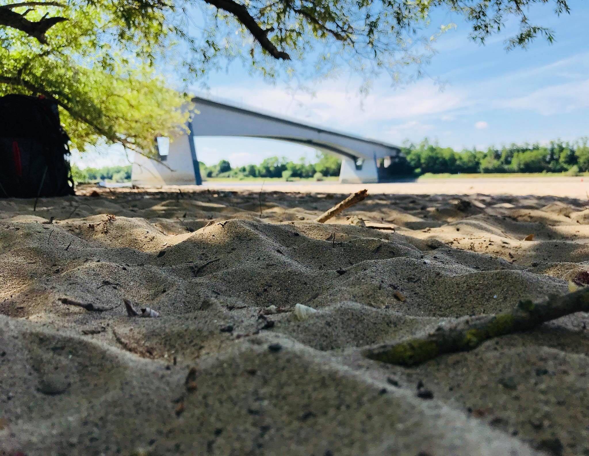 Sandstrand mit Brücke