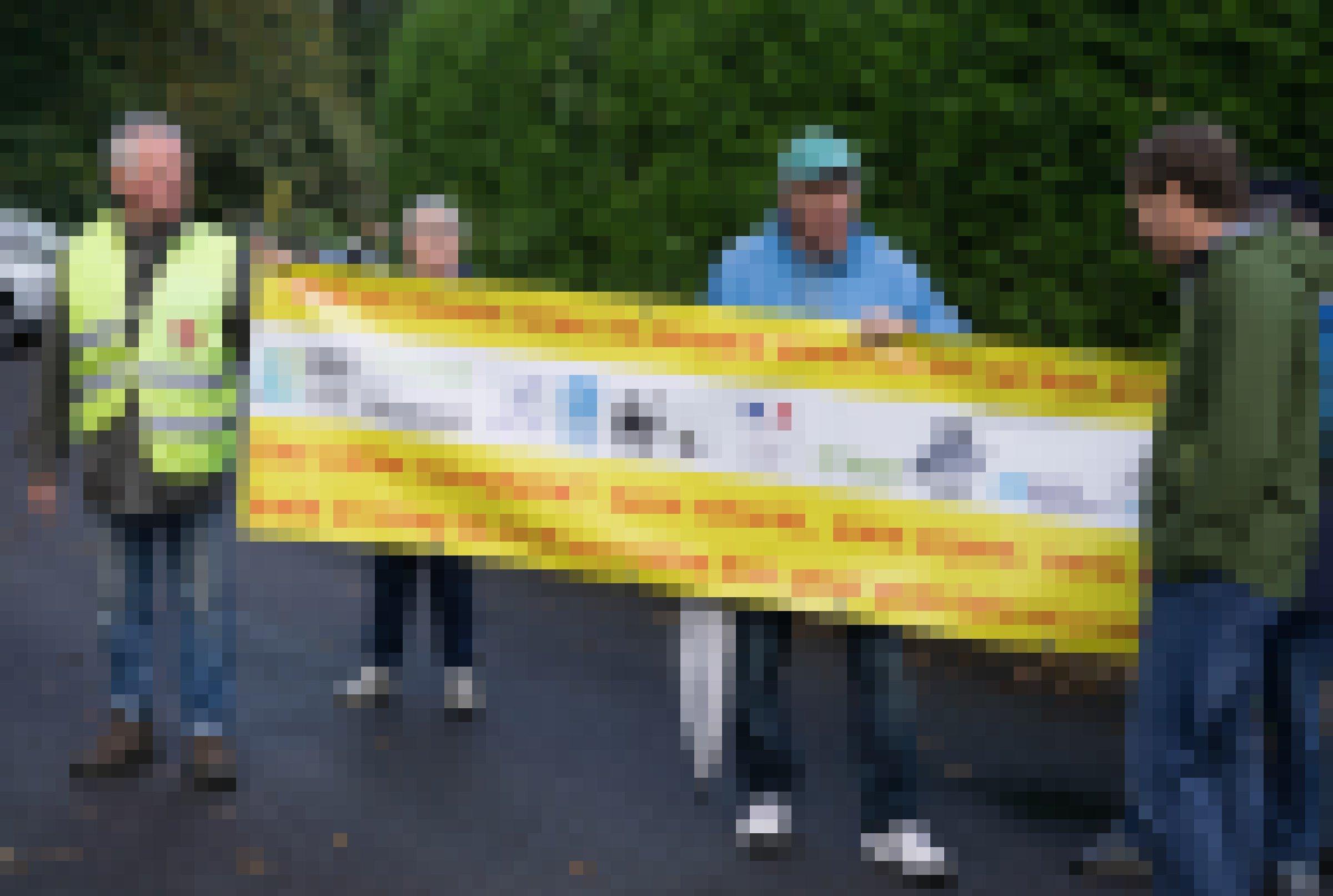 Vier Männer demonstrieren mit einem Transparent.