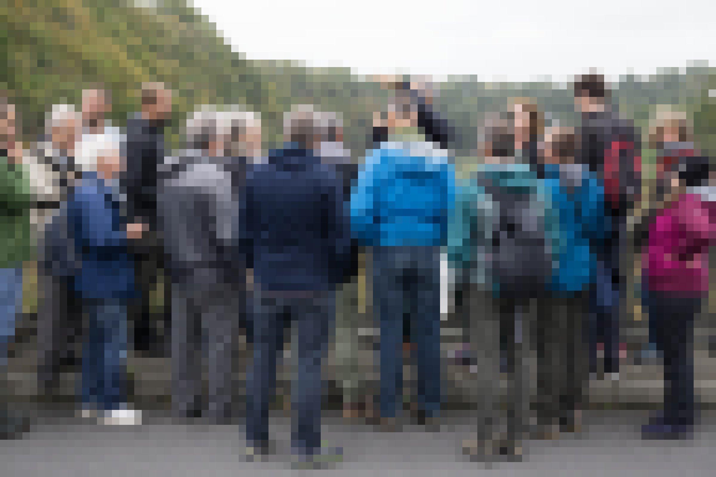 Gruppe von Wissenschaftlern auf einer Brücke über dem Fluss