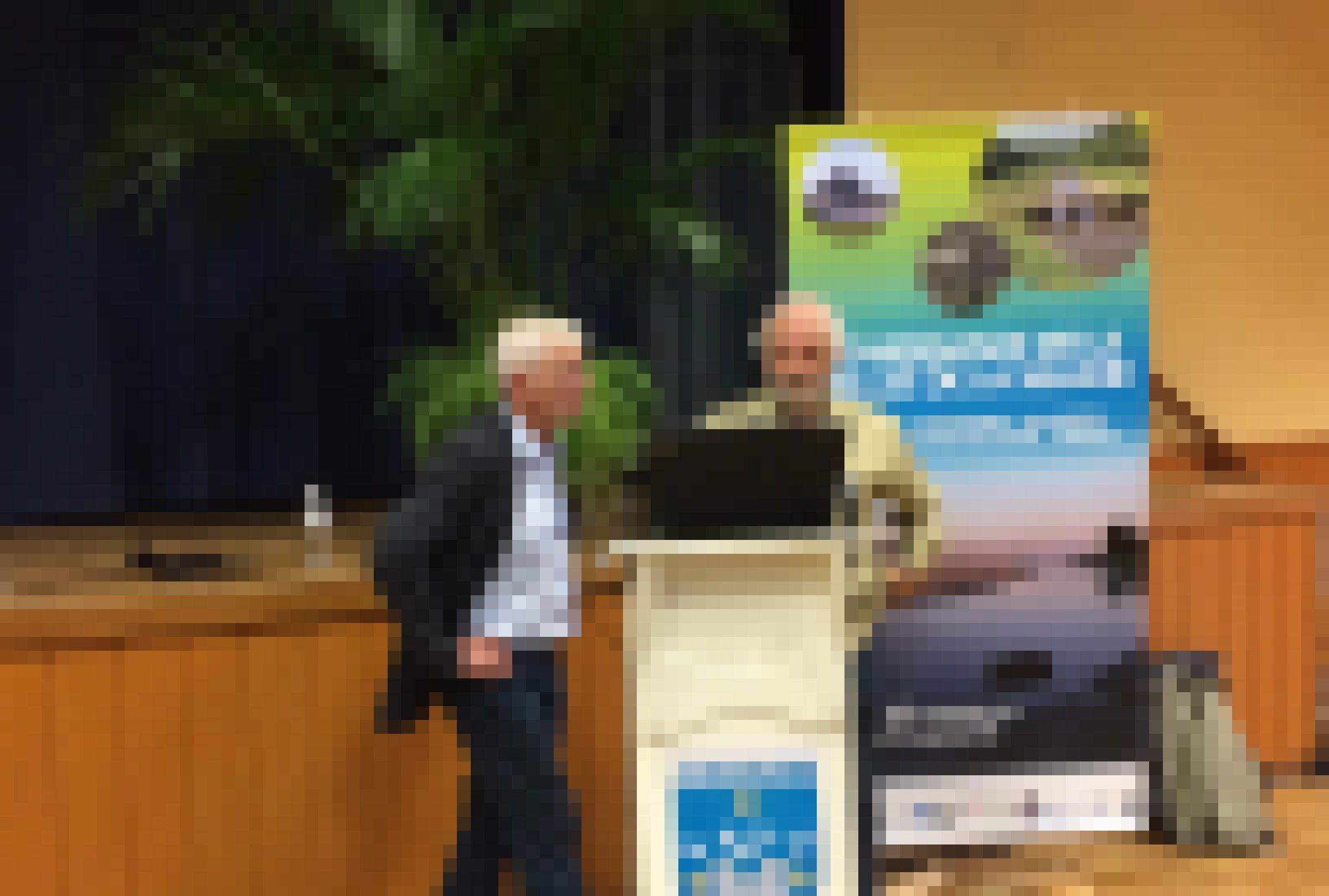 Zwei Männer hinter einem Vortragspult in einem Konferenzsaal
