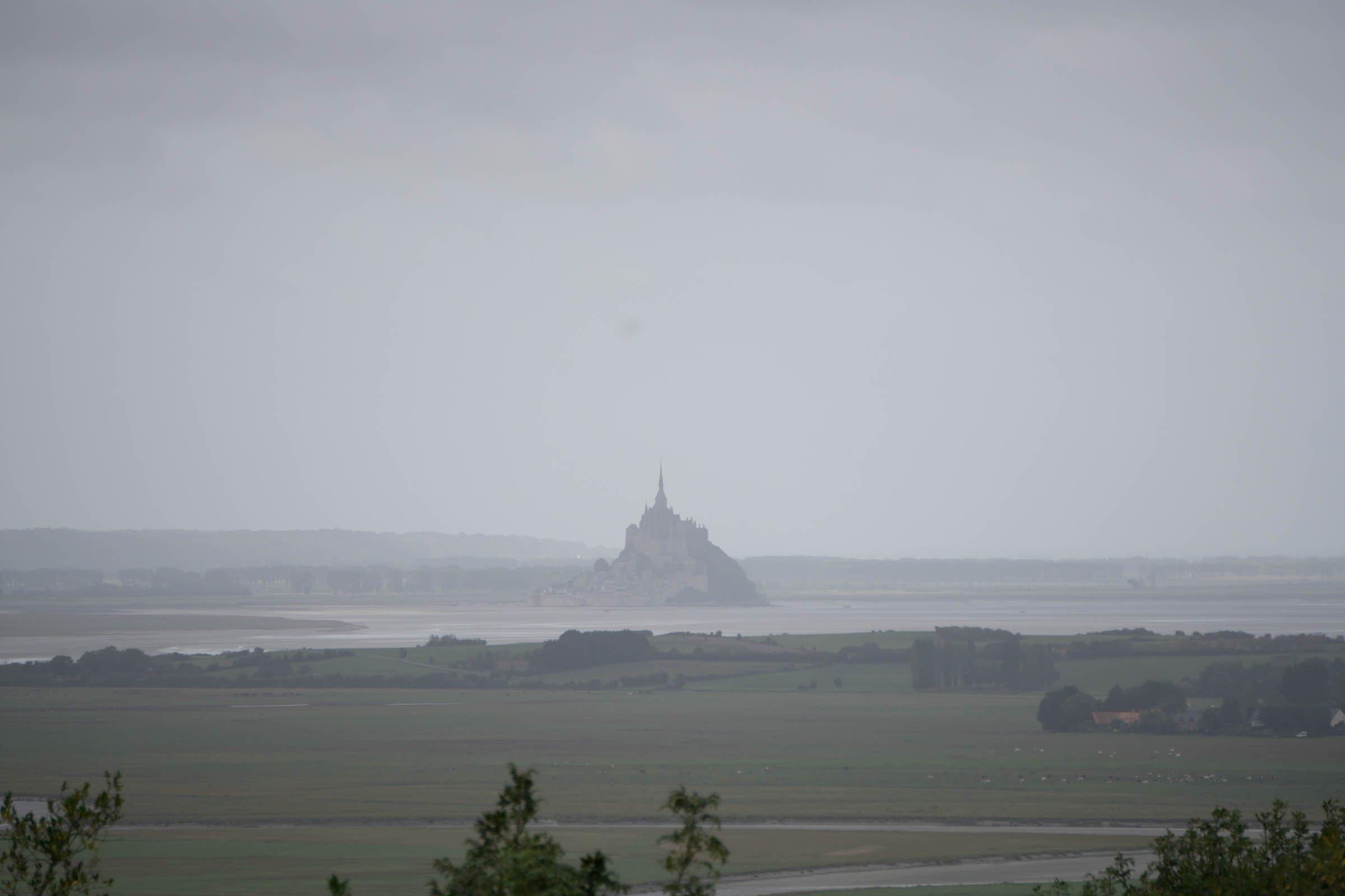Meeresbucht mit dem Monument Mont-Saint-Michel aus der Ferne.