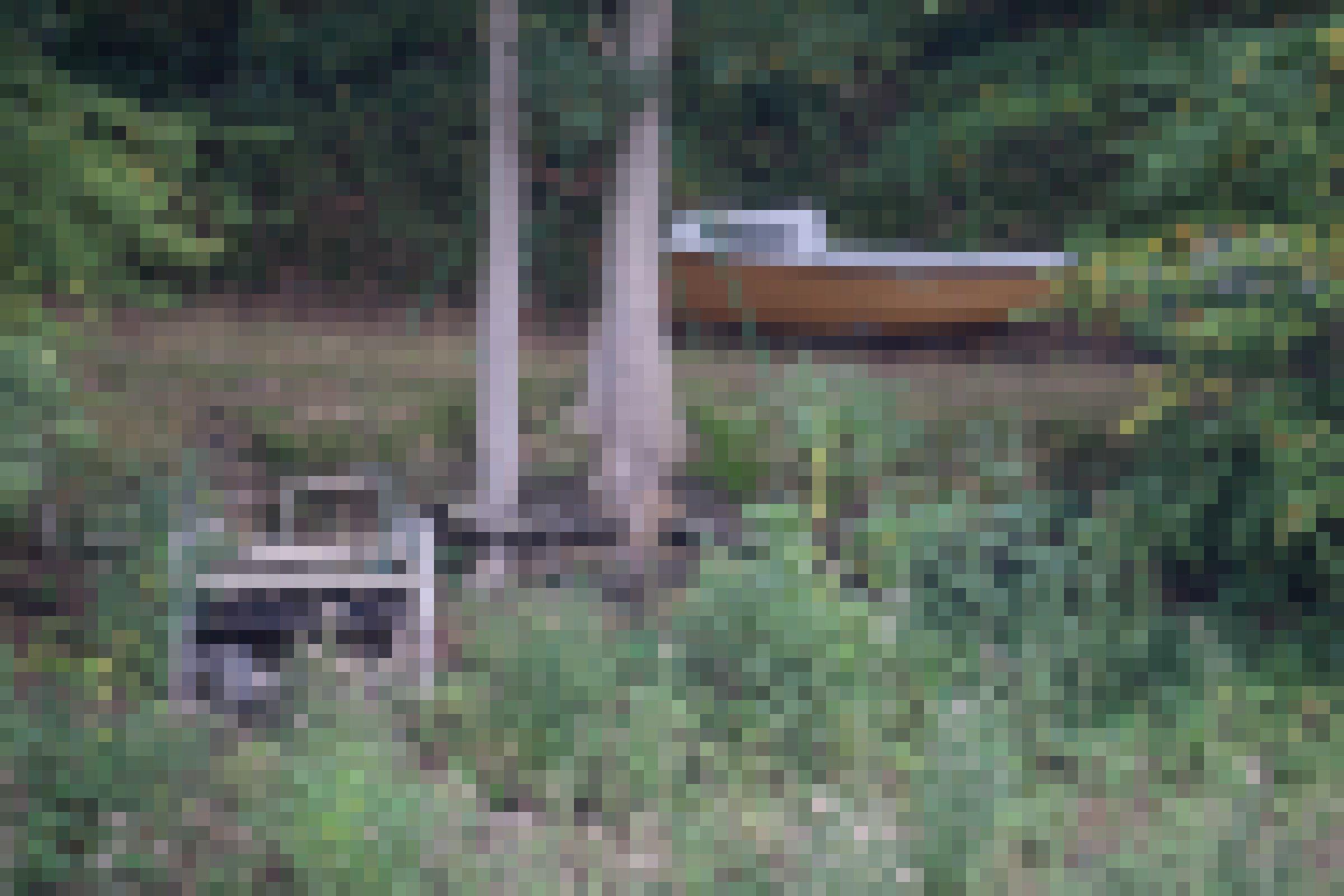 Altes Segelboot und Steg am ehemaligen Stausee-Ufer