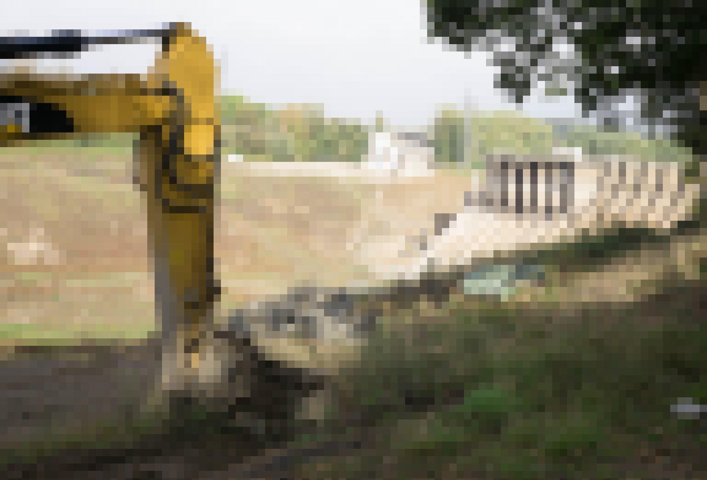 Alter, halb abgebrochener Staudamm mit Bagger