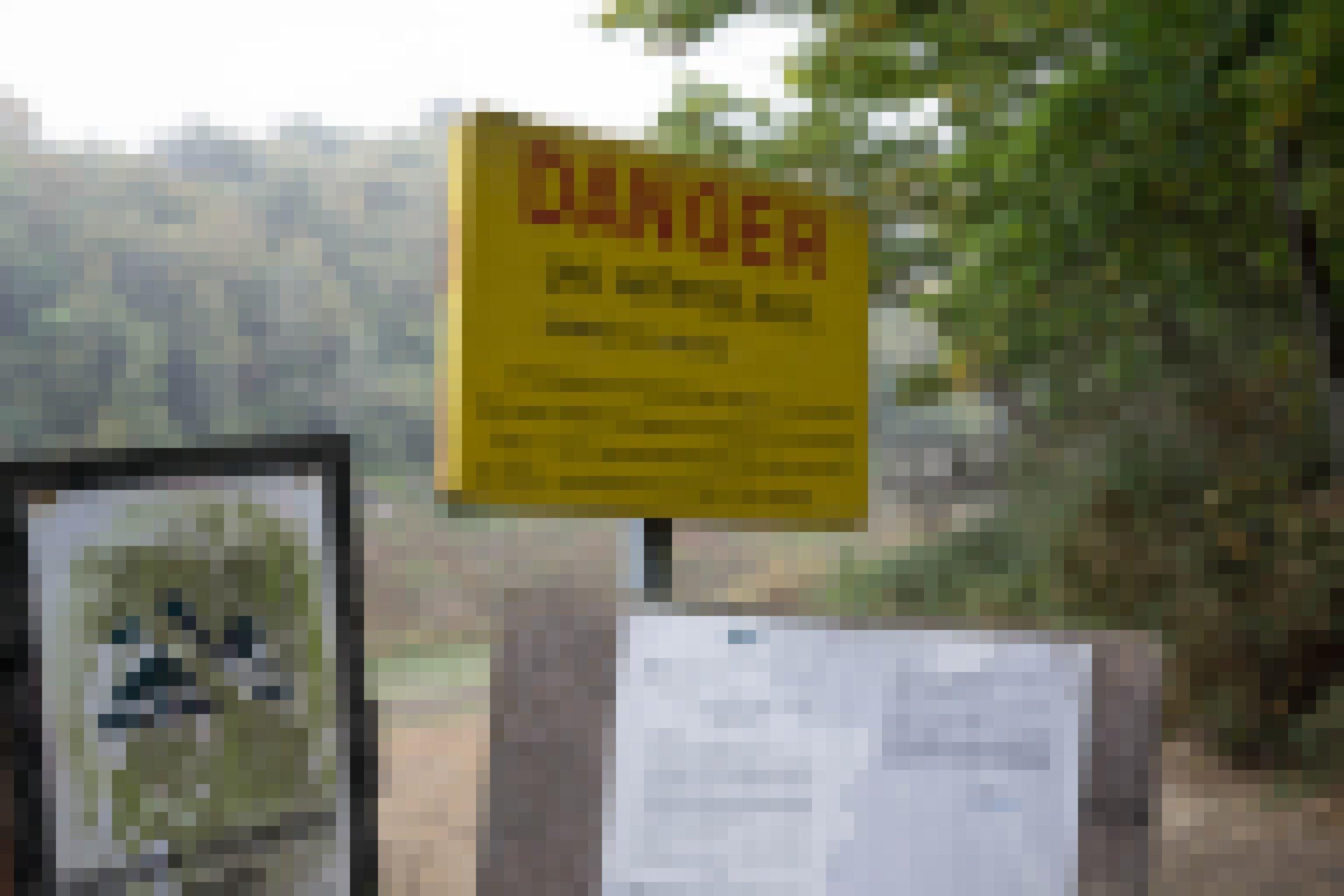 Schilder verbieten das Baden und Boot fahren im Stausee
