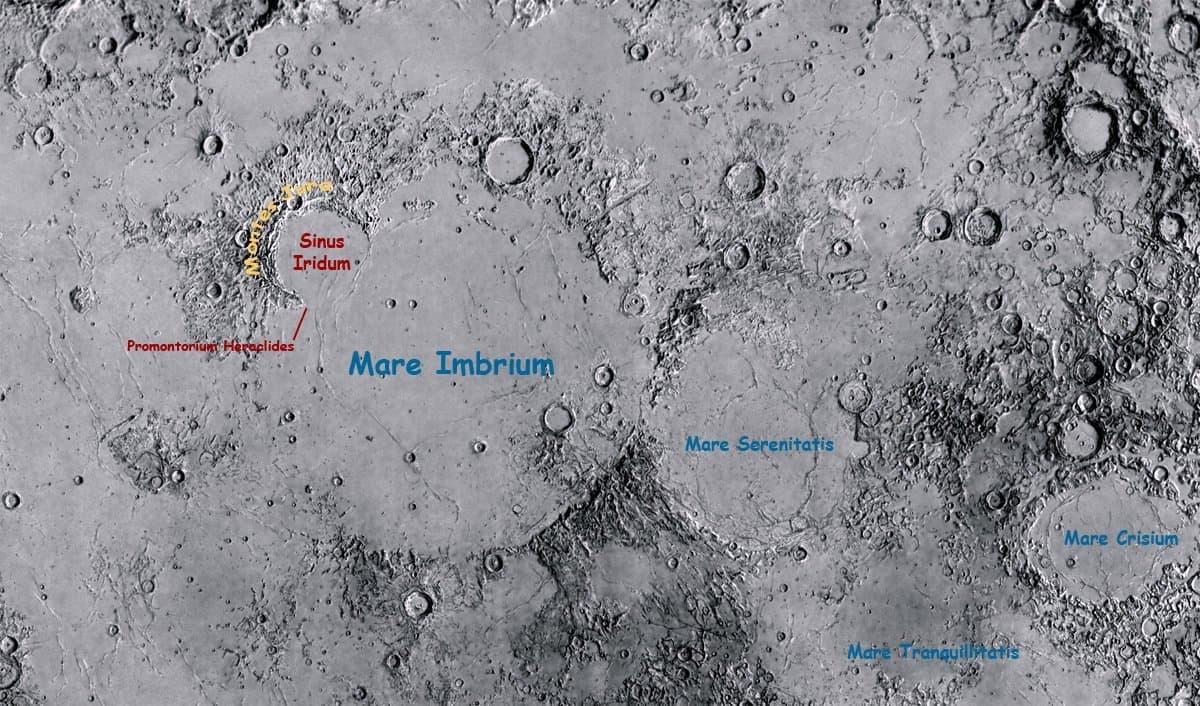 Eine Mondkarte, welche den von den Montes Jura halbkreisförmig umrahmten Krater Sinus Iridum zeigt.