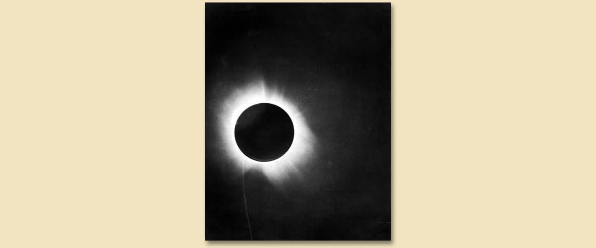 EIn historisch wertvolles Dokument: Das Positiv einer der Fotoplatten, welche die totale Sonnenfinsternis vom 29. Mai 1919zeigen, aufgenommen vom Team um Andrew Crommelin in Sobral, Brasilien.