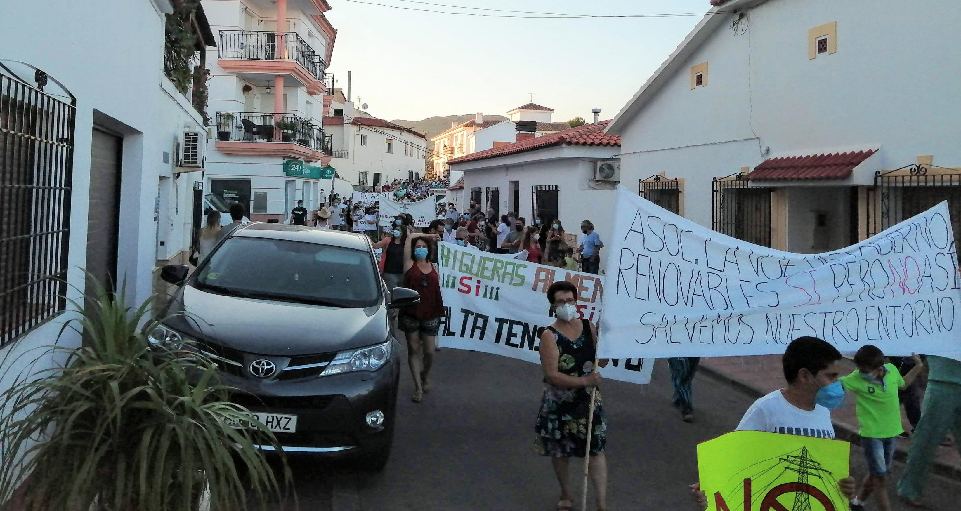Ein Demonstrationszug mit Transparenten auf der Hauptstraße einer spanischen Ortschaft