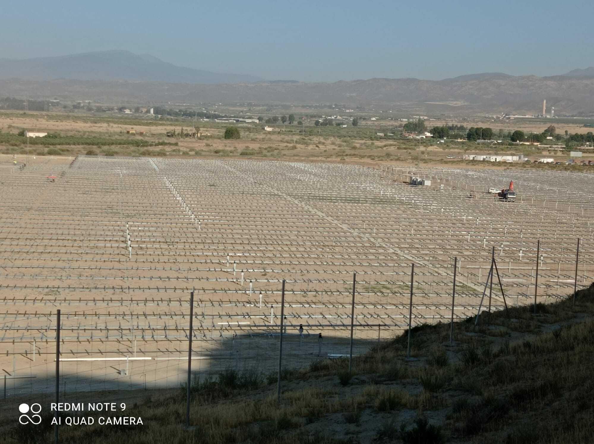 Ein 400Hektar großer Solarpark erstreckt sich über eine besonnte Ebene
