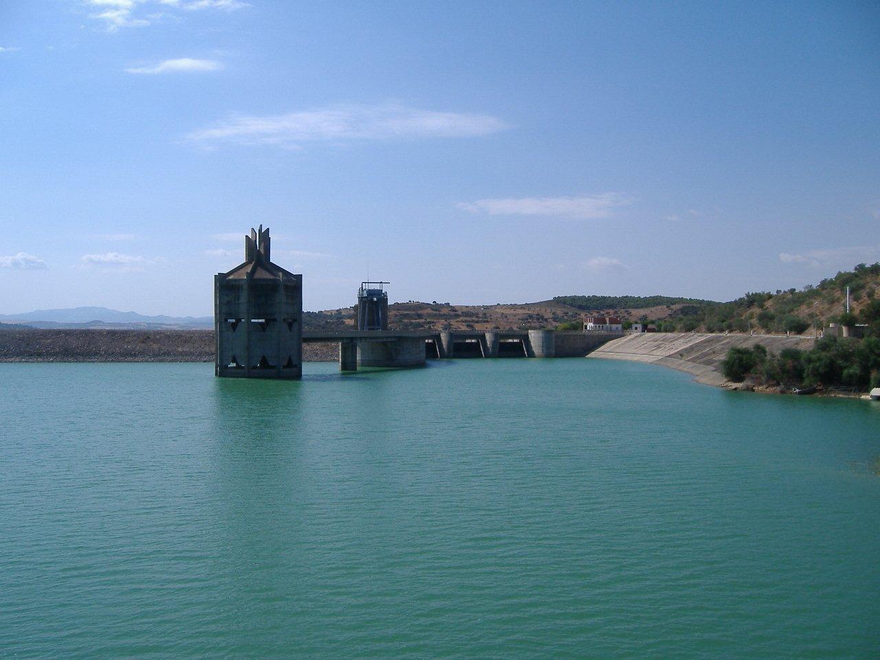 Bild des Staudamms von Sidi Salem mit Überlauf.