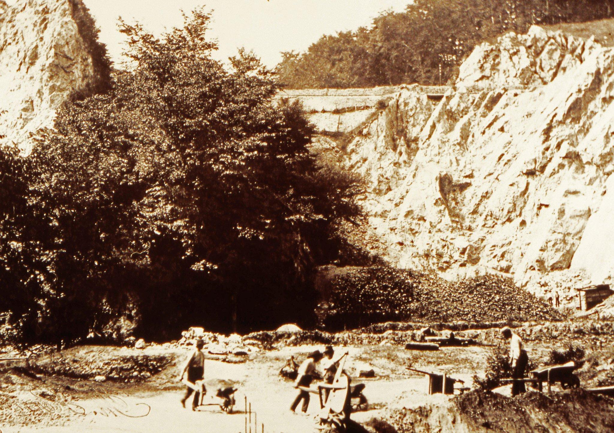 Auf dem historischen Foto sind Arbeiter zu sehen, die vor mehr als 150Jahren in einem Steinbruch im Neanderthal bei Düsseldorf Kalkstein abbauen. Dabei räumen sie auch mehrere Höhlen aus. Was die Arbeiter in dem Moment nicht wissen: In einer der Höhle lagern die fossilen Gebeine eines fossilen Menschen. Erst der Besitzer des Steinbruchs wird auf die Knochen aufmerksam und kurz darauf erkennt ein Gelehrter, dass es sich um die Knochen eines Urmenschen handelt. Er wird Neandertaler genannt.