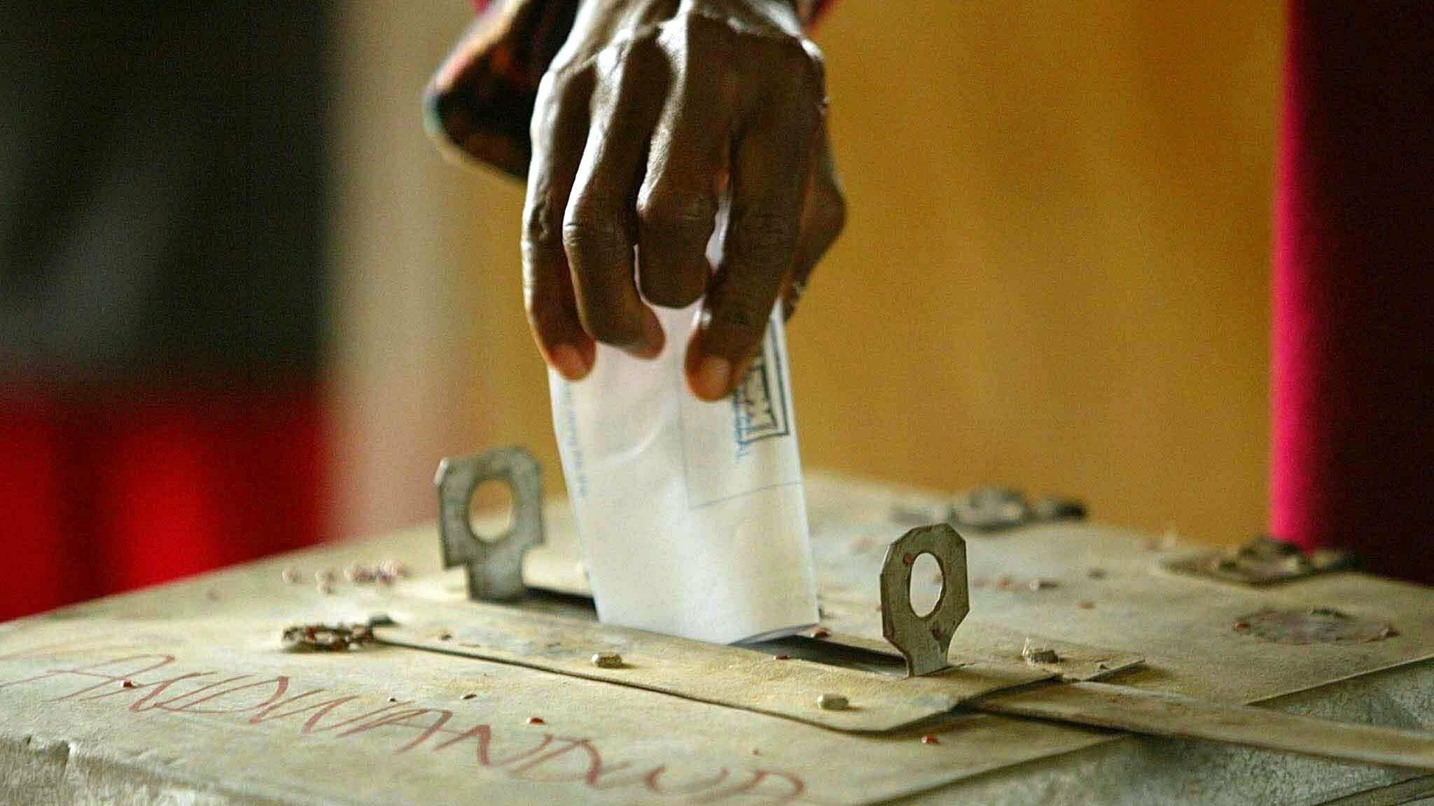 Ein Wähler wirft seinen Stimmzettel am 18.10.2003in einem Wahllokal im Ntfonjeni-Gebiet im Nordosten von Swasiland in eine Wahlurne.