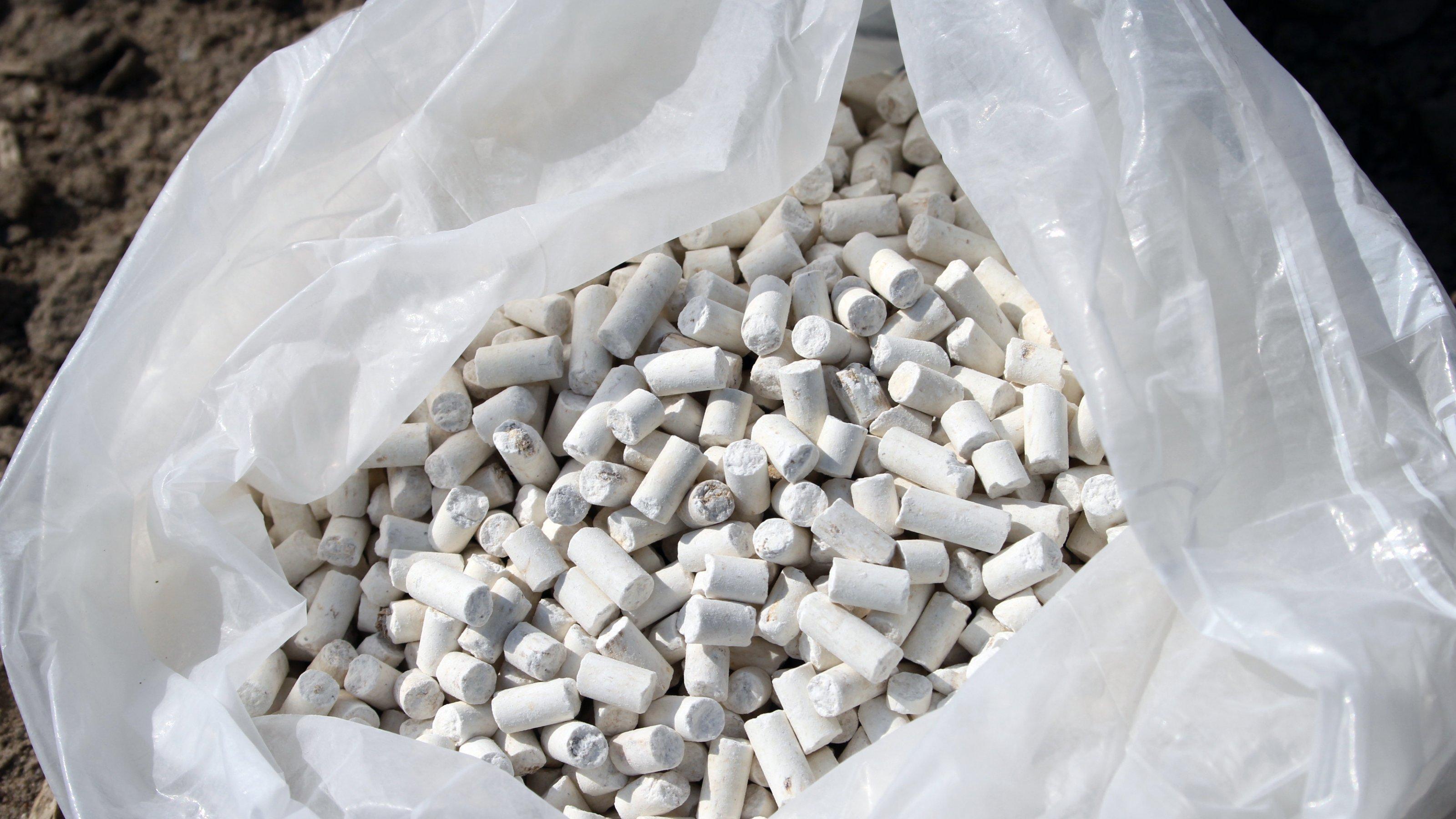 Weiße Struvit-Pellets in einem Plasiksack