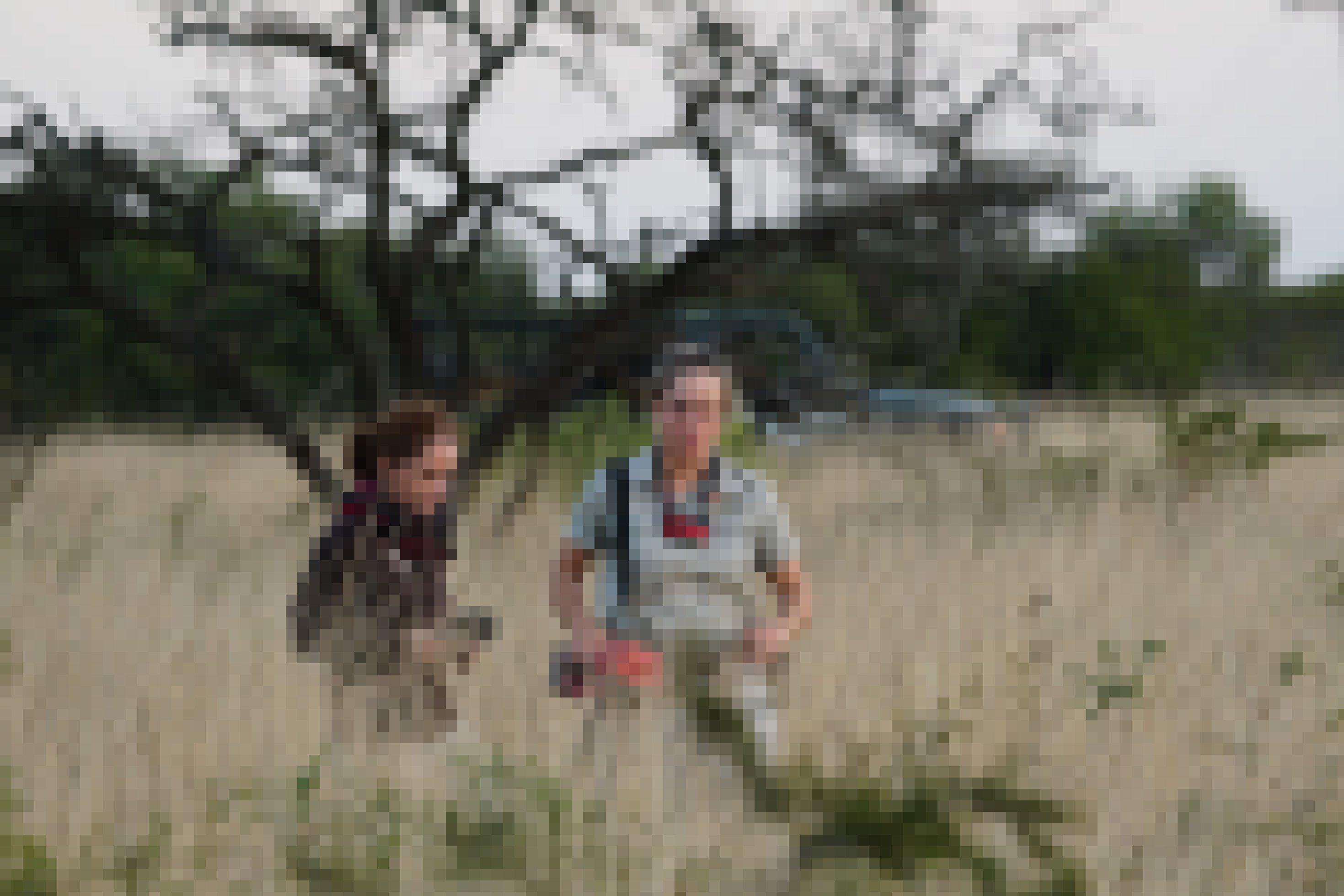 Charli de Vos, die Koordinatorin des Pangolin-Projekts in Phinda geht mit der Autorin durch das lange Gras in Phinda, auf der Spur von Giya, dem Pangolin