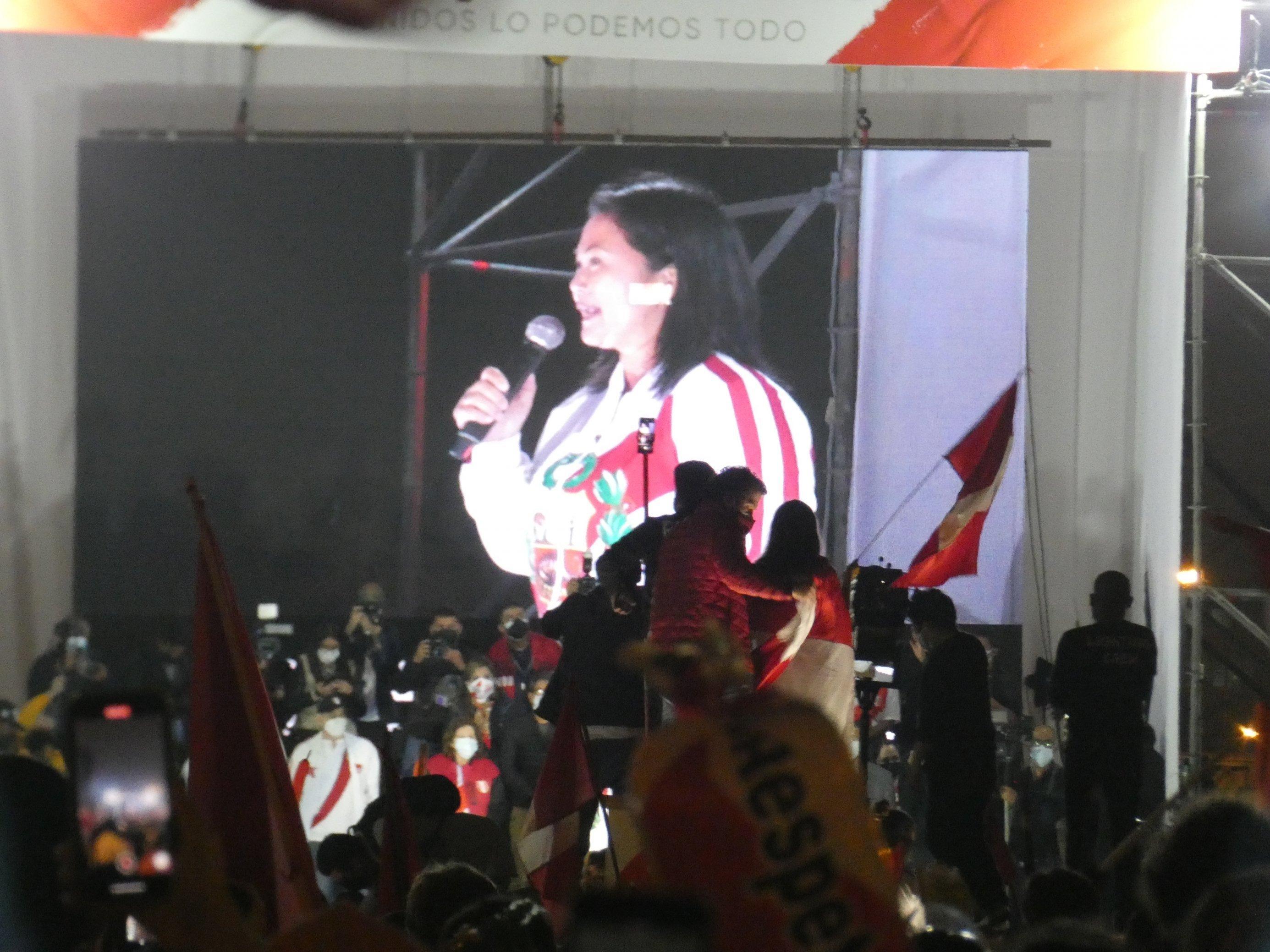 Nacht. Auf einem grossen Bildschirm erscheint eine 46-jährige Frau, schwarze Haare, asiatisches Gesicht, weisse Jacke, spricht ins Mikrofon zu der Menge, die vor ihr an der Bühne zujubelt.