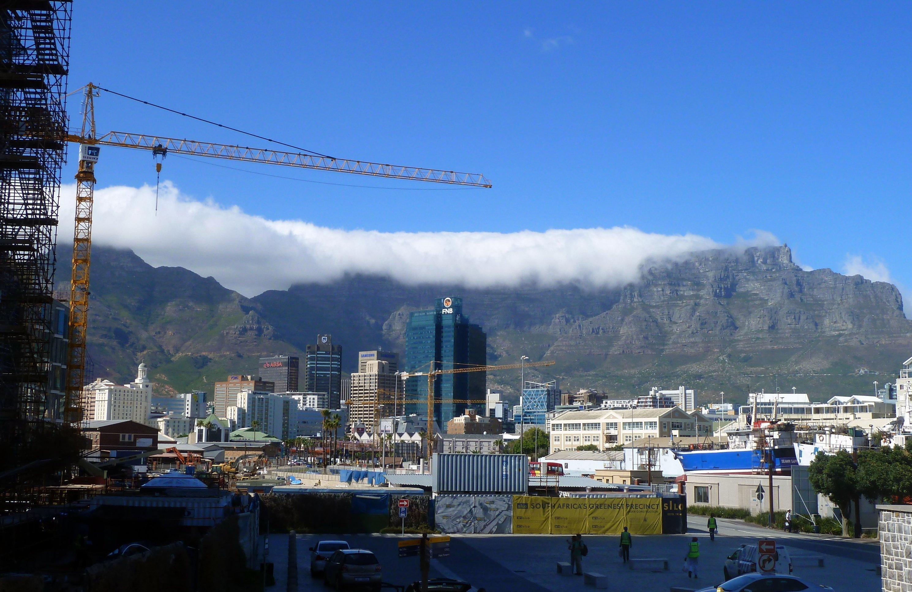 Die Skyline der Millionenmetropole vor dem Tafelberg-Massiv