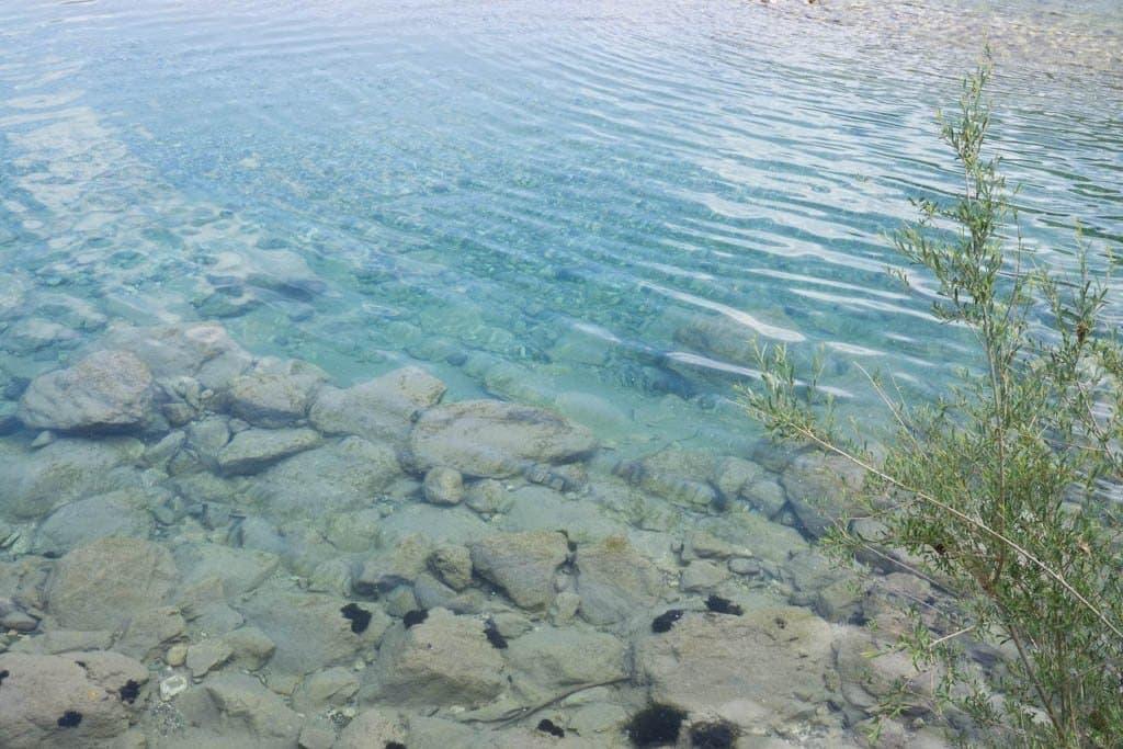 Wasser in einem Fluss, Steine