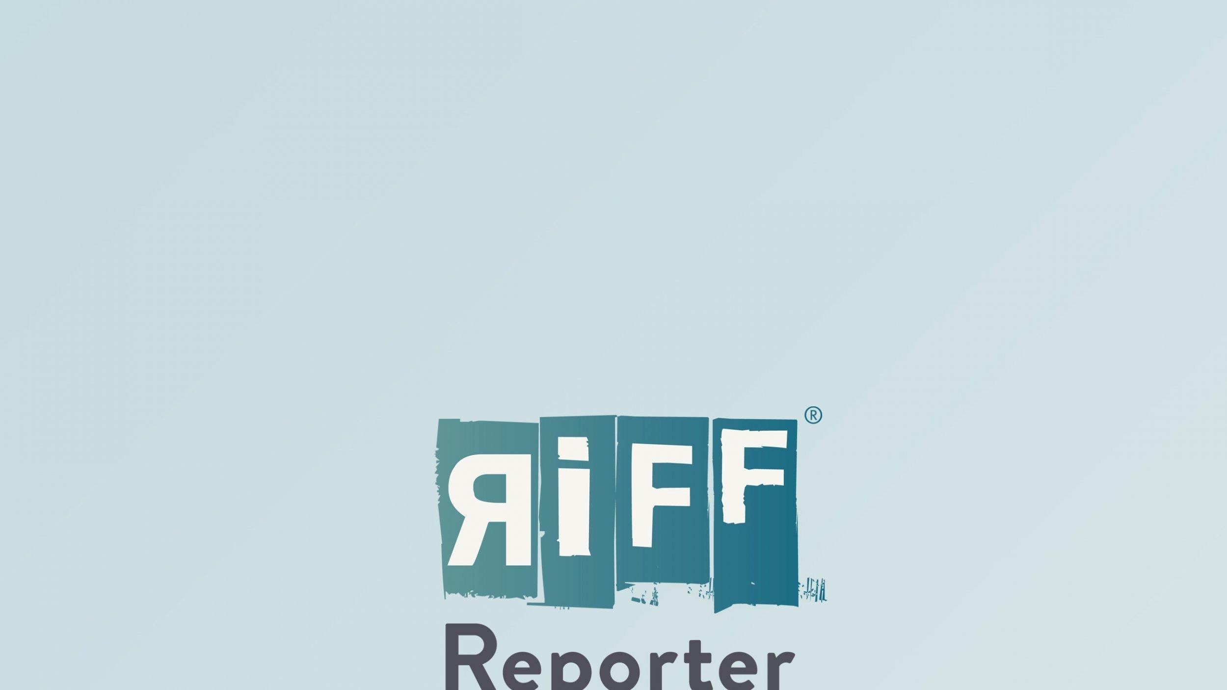Tanja Krämer steht vor schwarzem Hintergrund.
