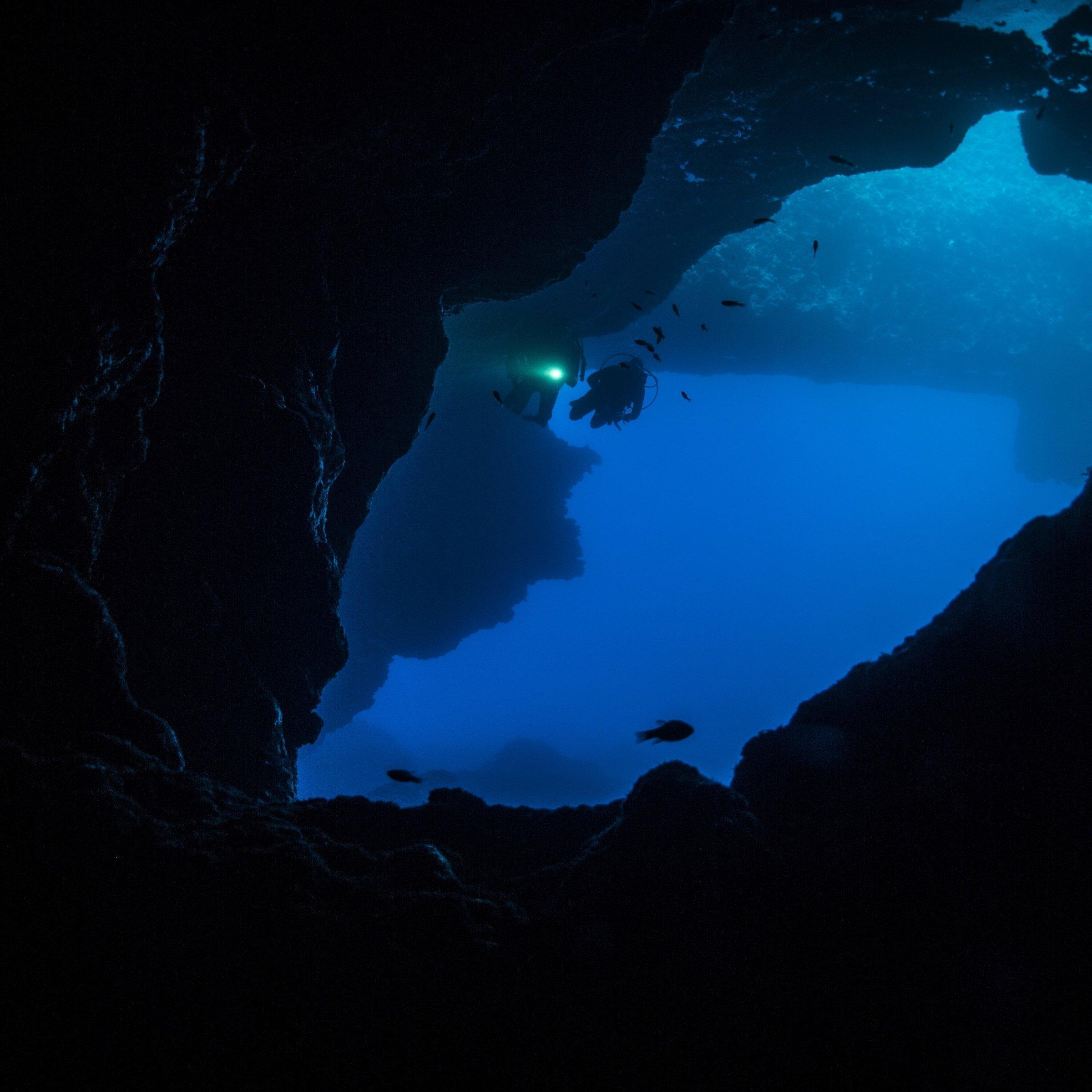 Ein Taucher in einer Höhle.