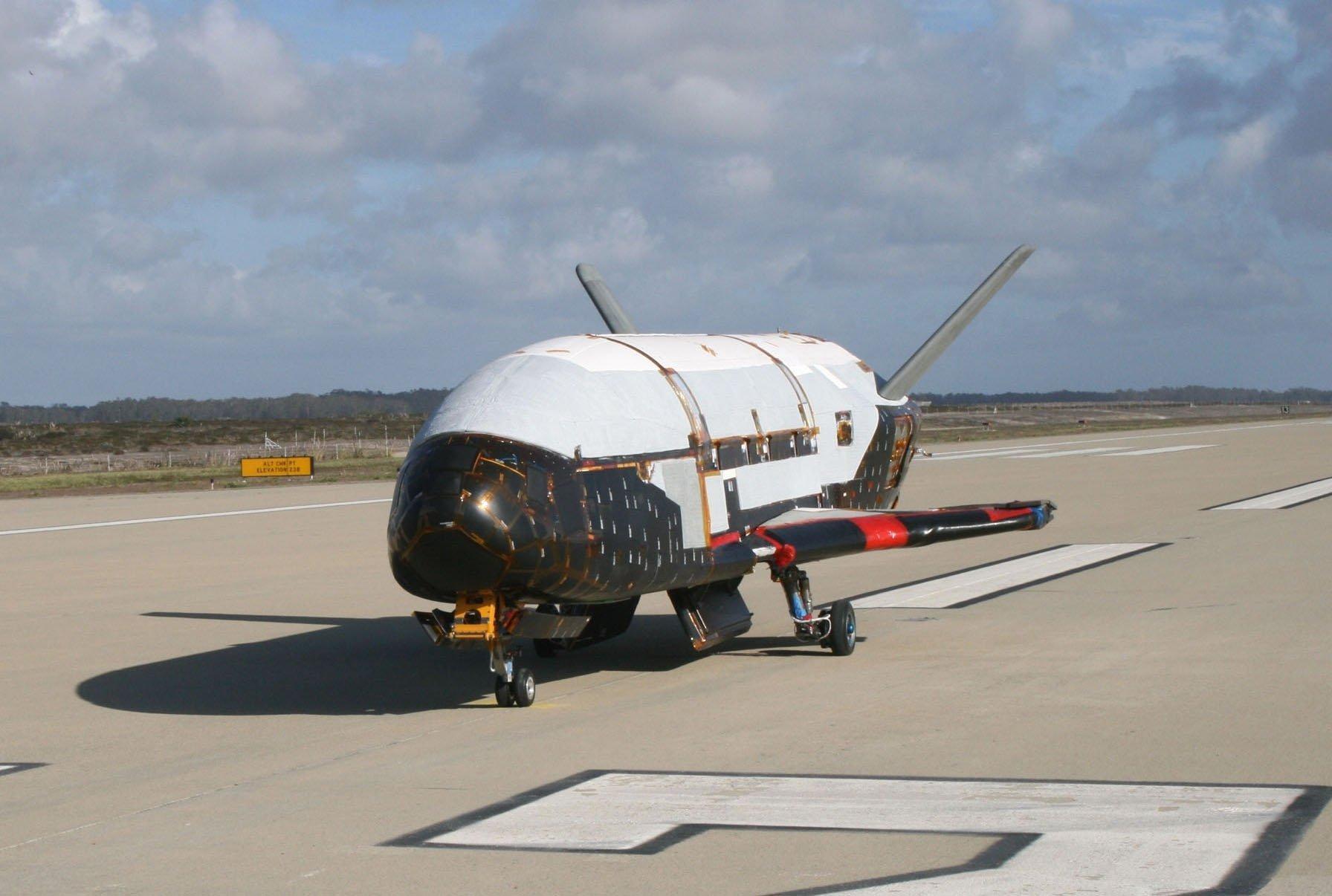 Das unbemannte Shuttle X-37B steht bei Sonnenschein auf einer Landebahn