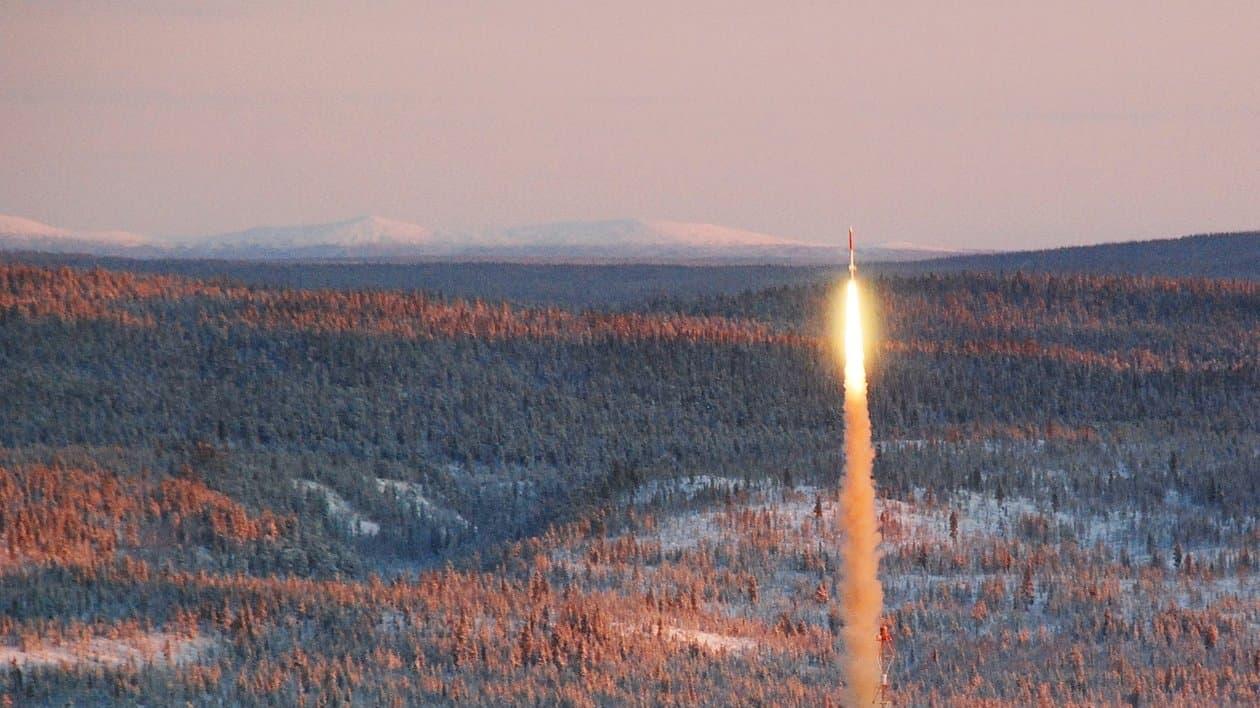 Eine Texus-Höhenforschungsrakete hebt von der Startanlage im nordschwedischen Kiruna ab.