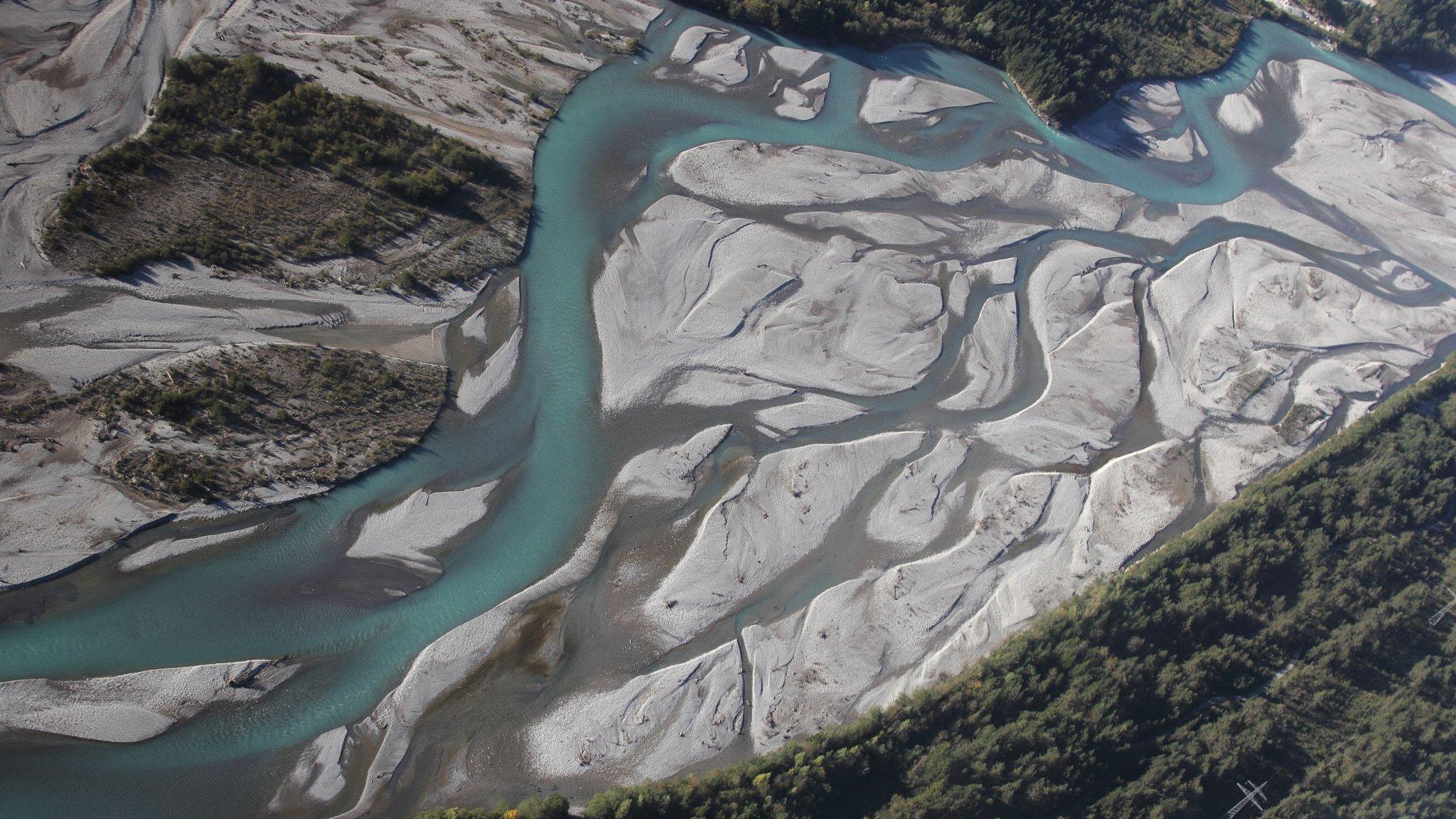 Fluss Tiroler Lech aus dem Flugzeug fotografiert. Schotterbänke und türkises Wasser.