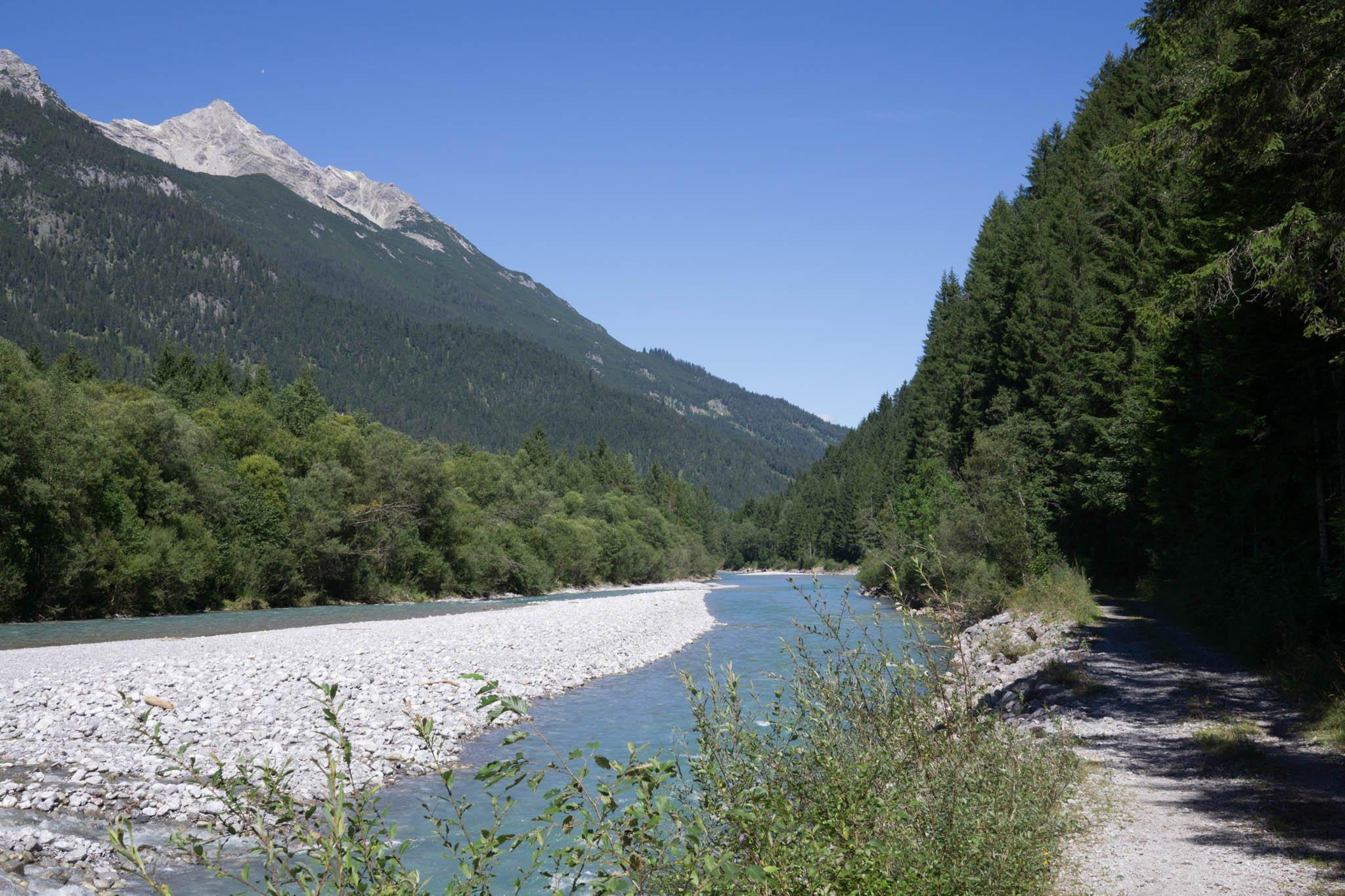 Wanderweg am Fluss, Wald, Berg