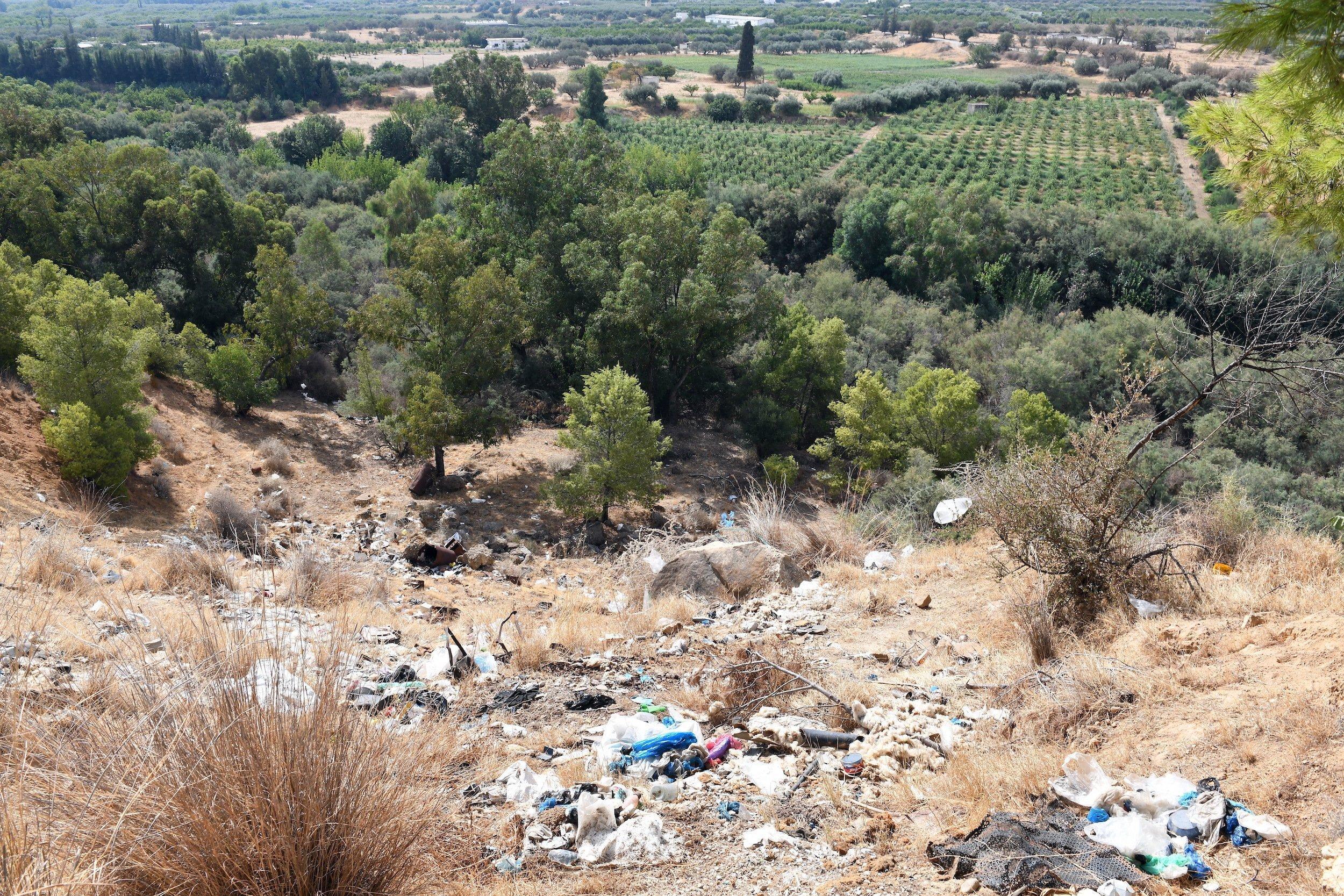 Illegal abgeladener Müll oberhalb des Flusses