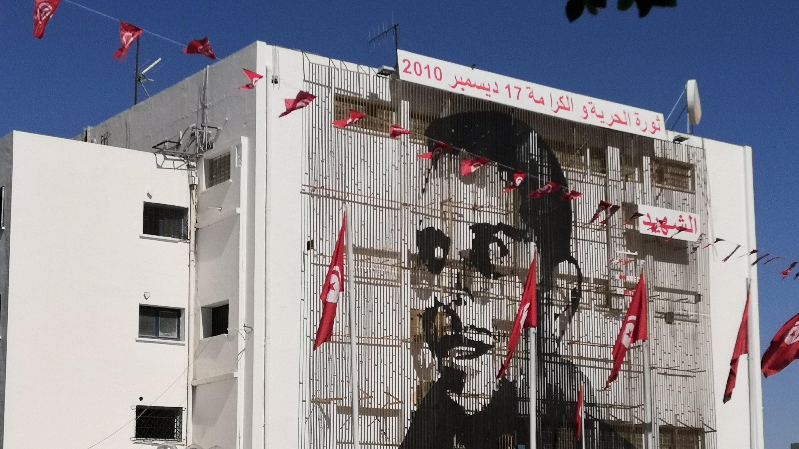 Meterhohes Wandbild von Mohamed Bouazizi über der Post von Sidi Bouzid an der Hauptstraße der Stadt.